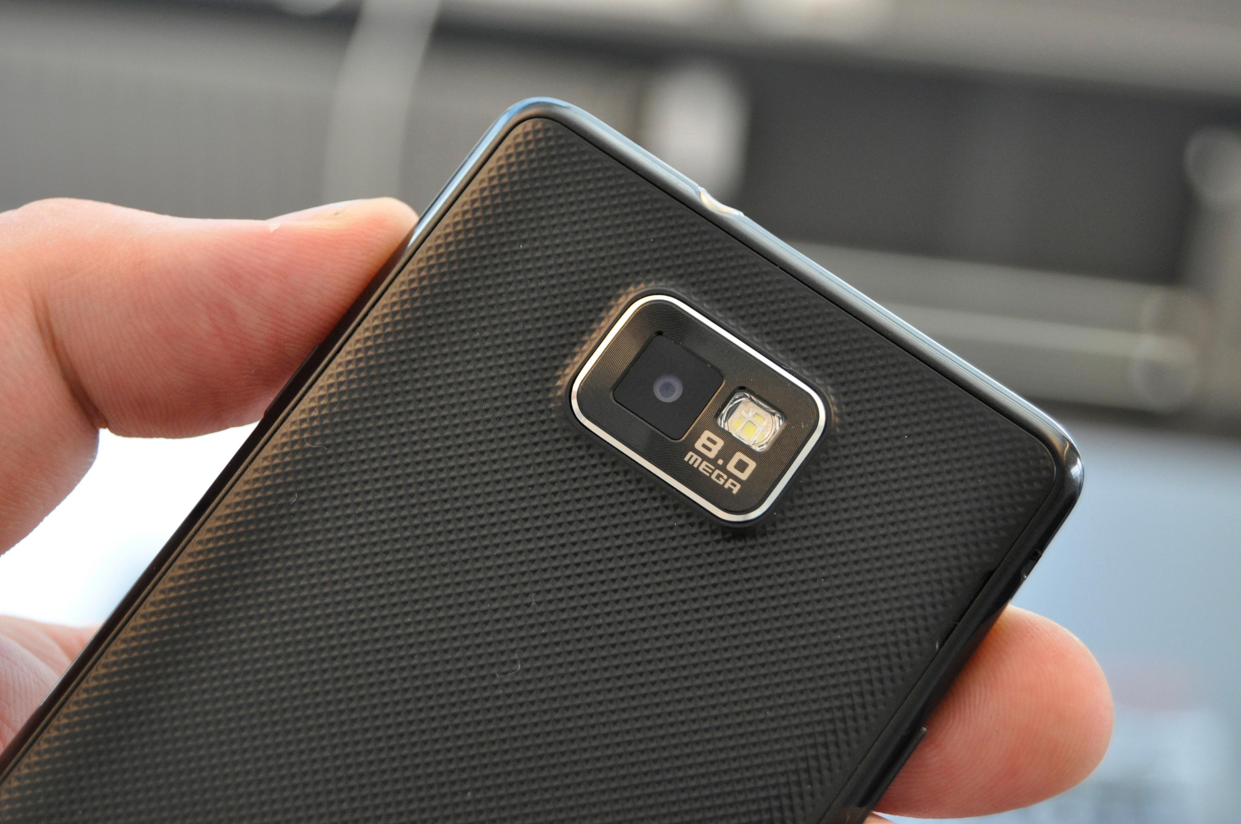 Galaxy S II bærer et kamera med åtte megapikslers oppløsning på ryggen. På grunn av den kraftige maskinvaren kan kameraet ta opp video i full HD-oppløsning.