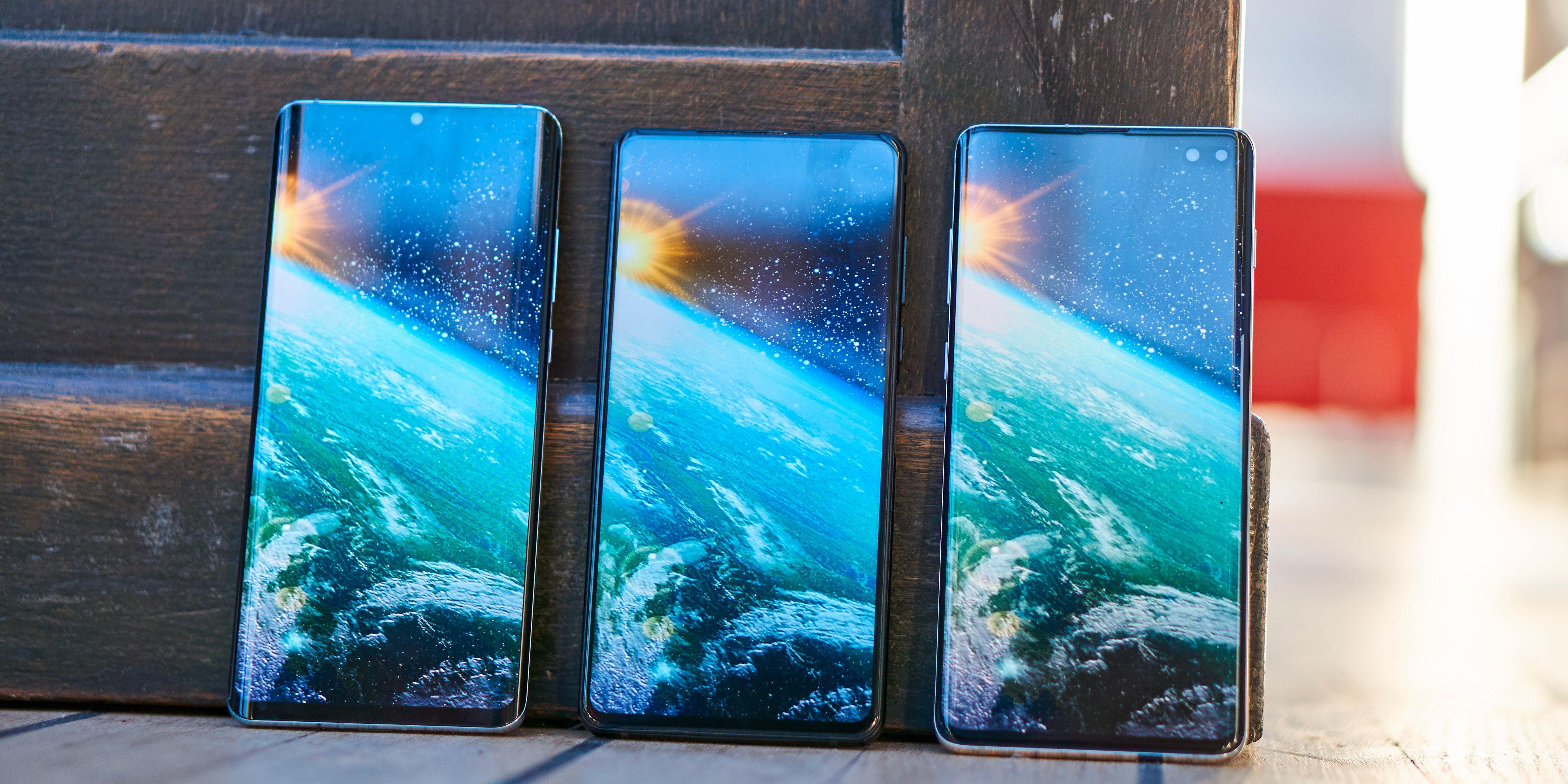 Elephone U2 sett ved siden av Huawei P30 Pro (venstre) og Samsung Galaxy S10+ (høyre).