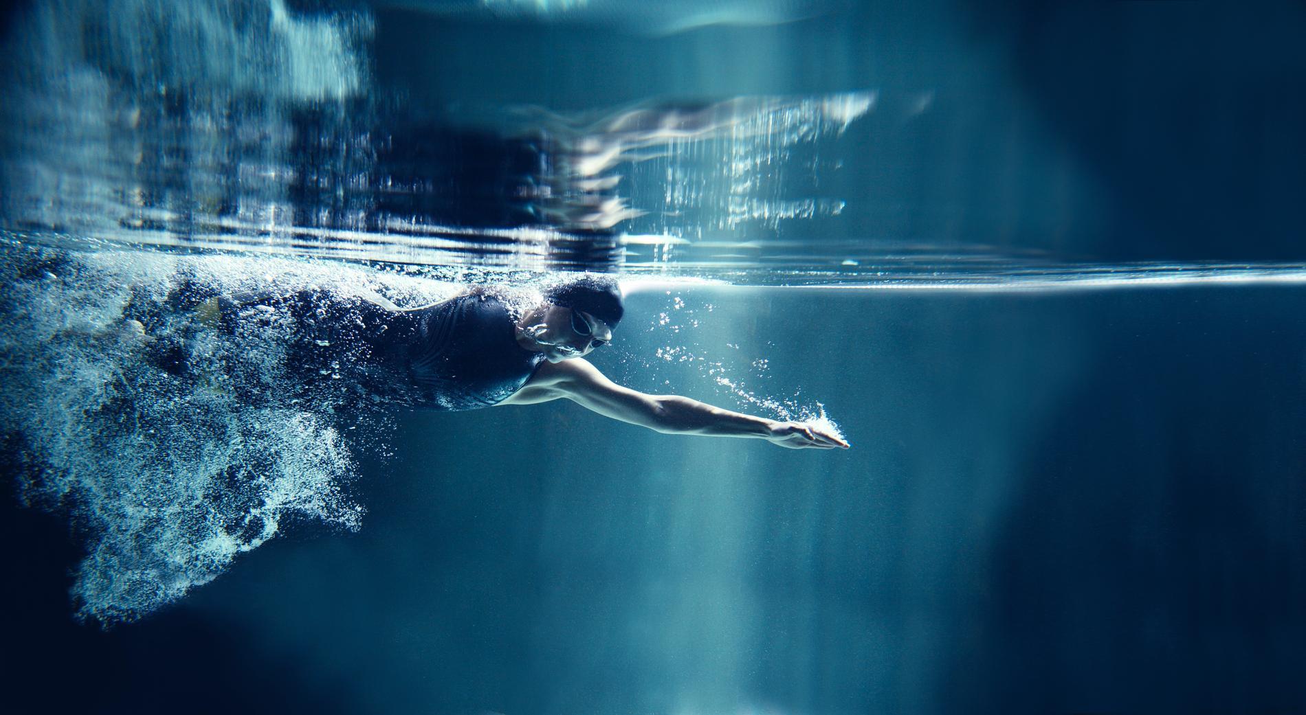 Simning har många hälsofördelar.