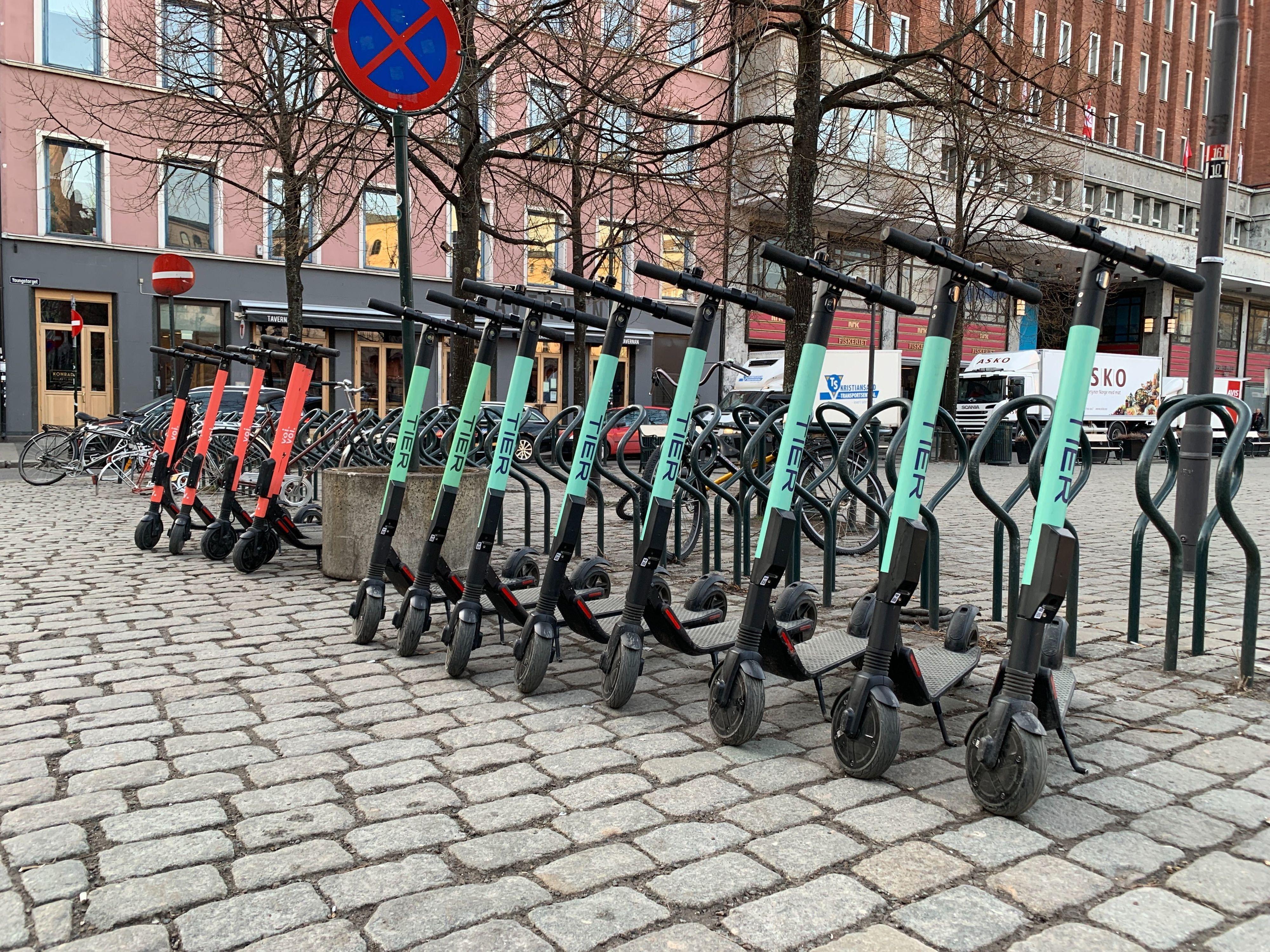 Tidlig morgen i Oslo. På ettermiddagene er det mindre orden i elsparkesykkelrekkene.