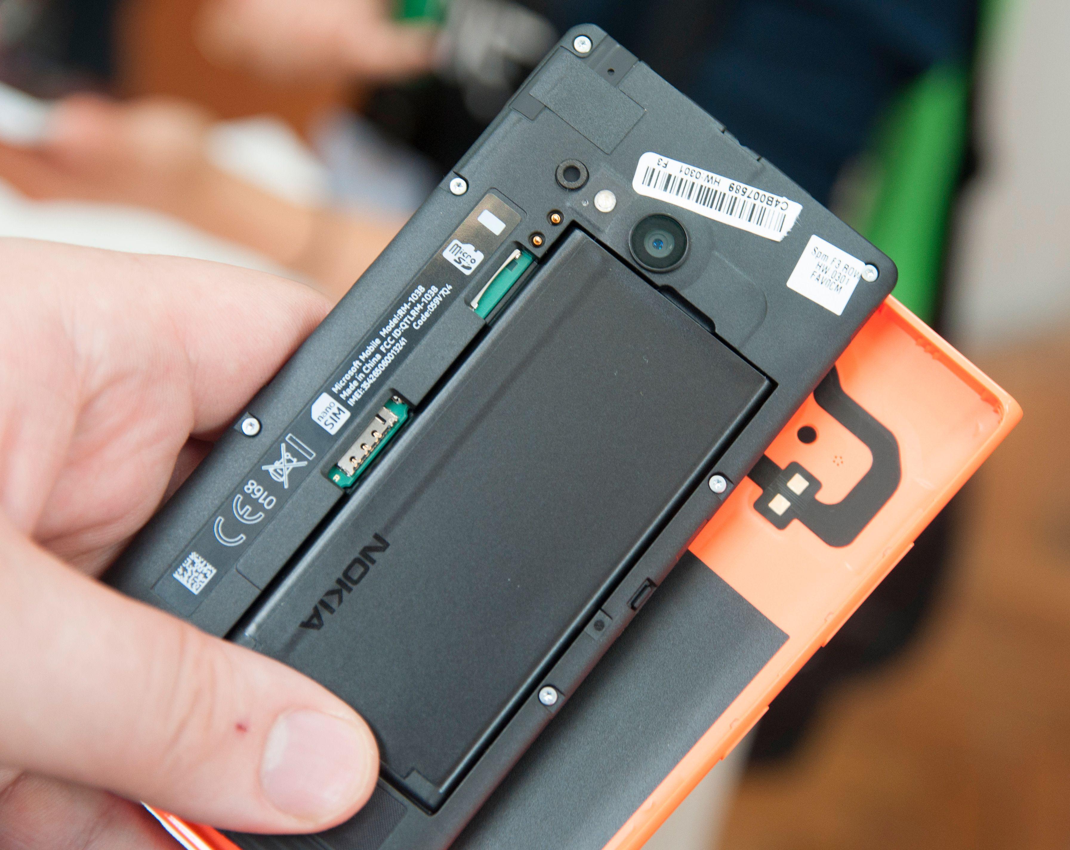 Den ser ut som en en av Nokias gamle unibody-telefoner, men her kan du likevel ta av dekselet.