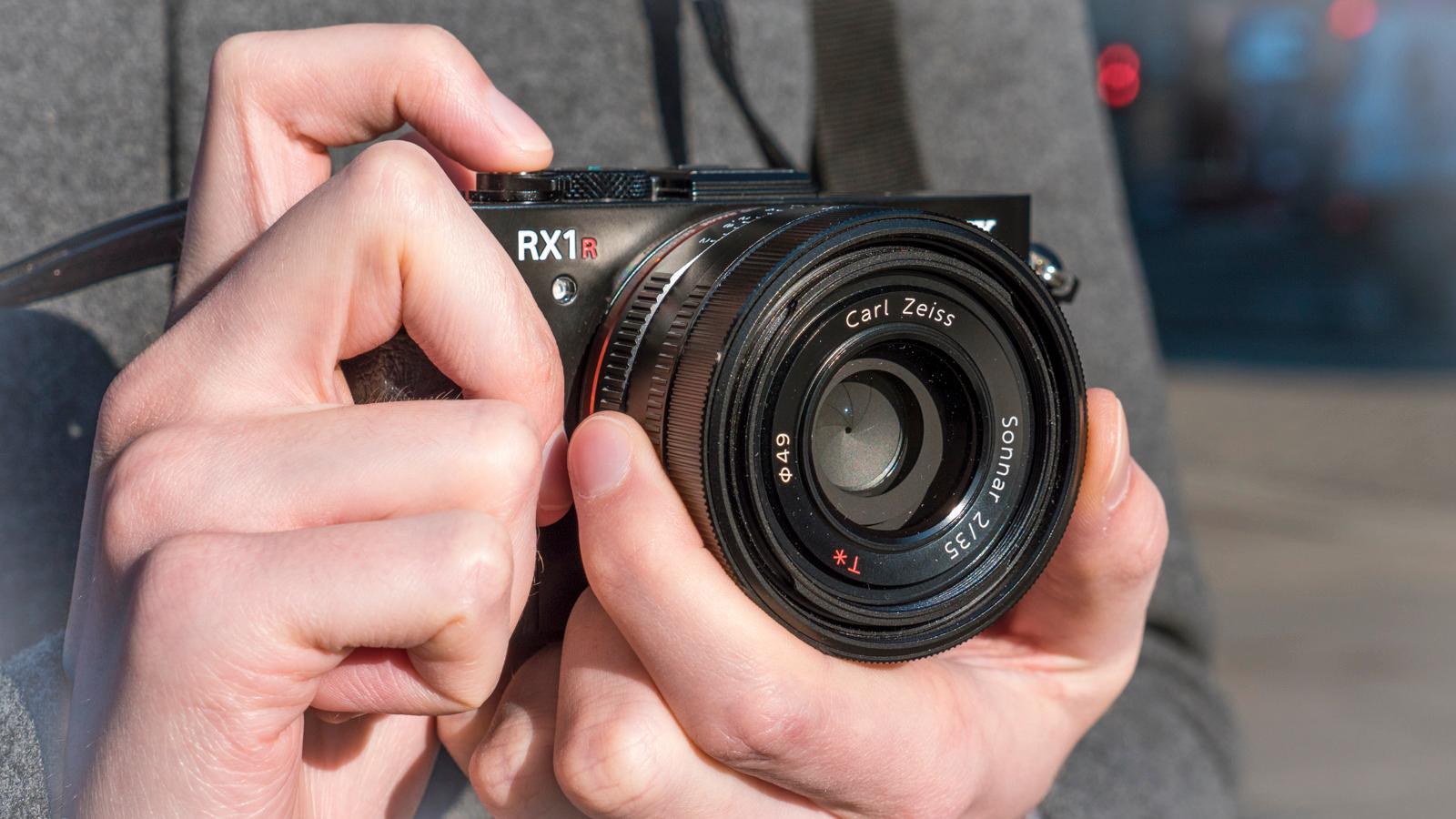 Er RX1R II et kompaktkamera? Det blir et definisjonsspørsmål, men med en vekt på godt over halvkiloen er det i alle fall et stort kompaktkamera.