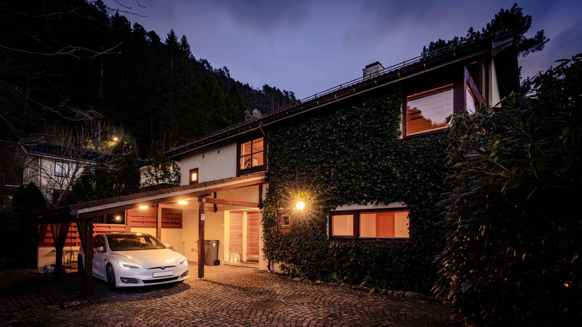 VELKOMMEN TIL NILS LANGHELLES VEI 68: Huset ble oppført i 1981 og er arkitekttegnet av Henrik Johan Halvorsen i tett samarbeid med nåværende eier.