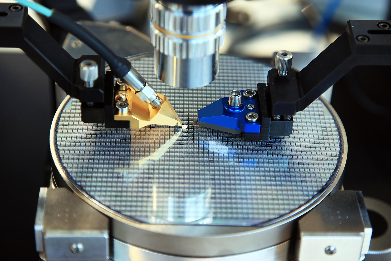 En silikonwafer. Hver firkant på waferen blir en prosessorkjerne, og det hevdes at kjerner plassert nærmere sentrum av platen kan kjøre på høyere frekvenser. Foto: Shutterstock