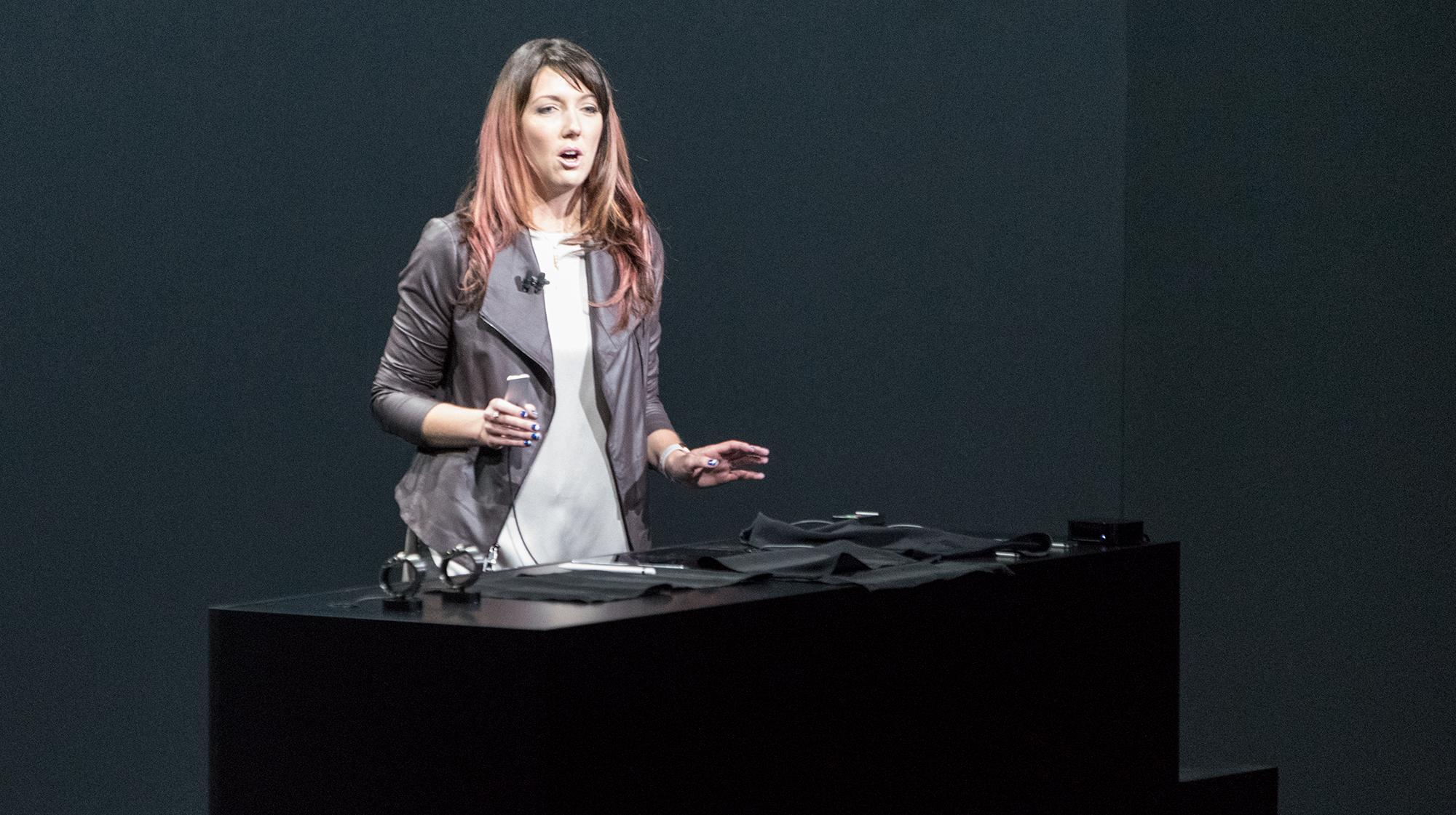 Nei, dette er ikke Siri, men en dame som demonstrerte Apple TV under lanseringen i San Francisco i kveld.. Foto: Finn Jarle Kvalheim, Tek.no