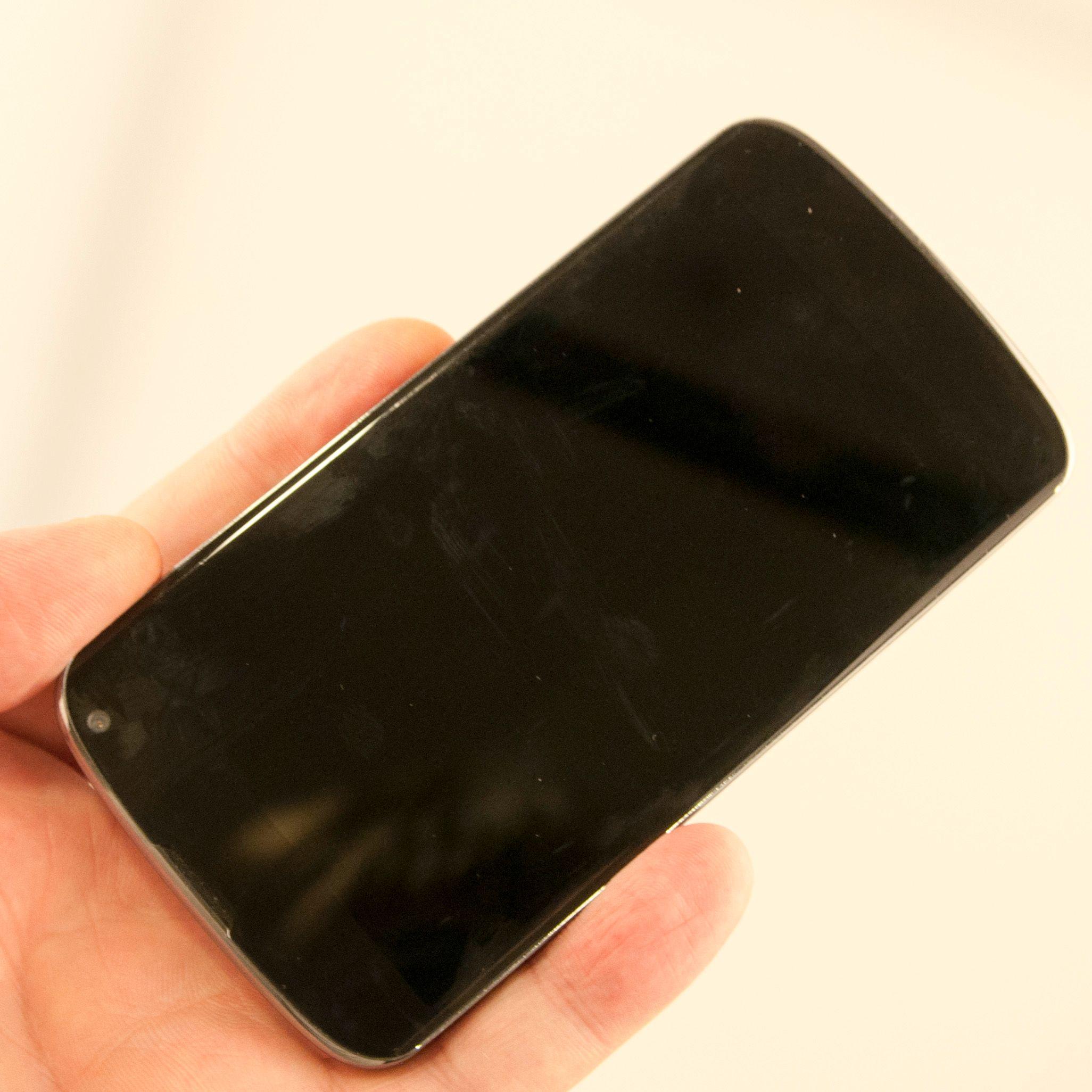Før vi ble vant til Nexus 4 var plukket vi den ofte opp av lommen opp ned.