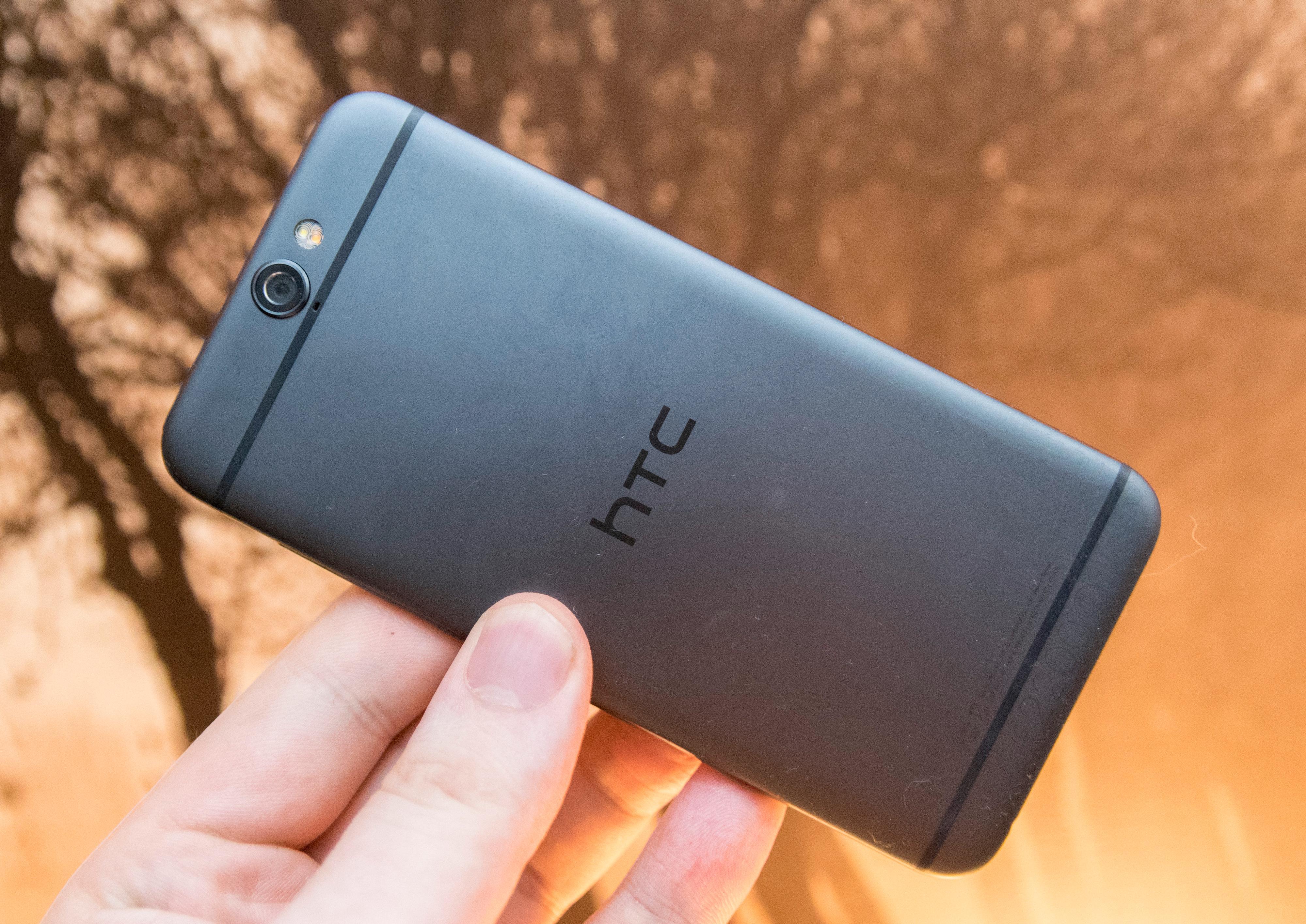 Designen på baksiden av One A9 er i hovedsak HTCs egen. Men mange kjenner nok denne utformingen best fra Apples to siste iPhone-generasjoner. Foto: Finn Jarle Kvalheim, Tek.no