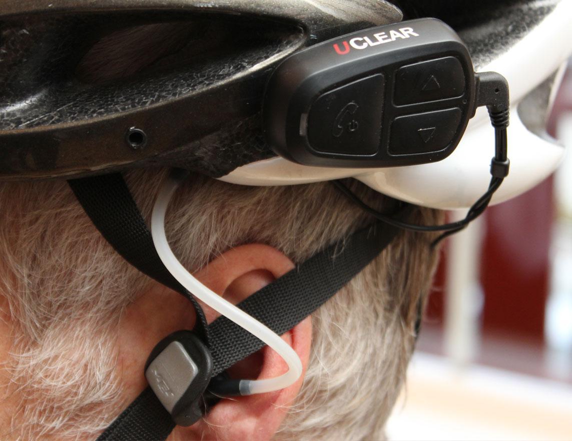 Uclear har høyttalere som festes i hjelmen, mens lyden ledes til en øreplugg via et luftrør.Foto: Espen Irwing Swang, Amobil.no