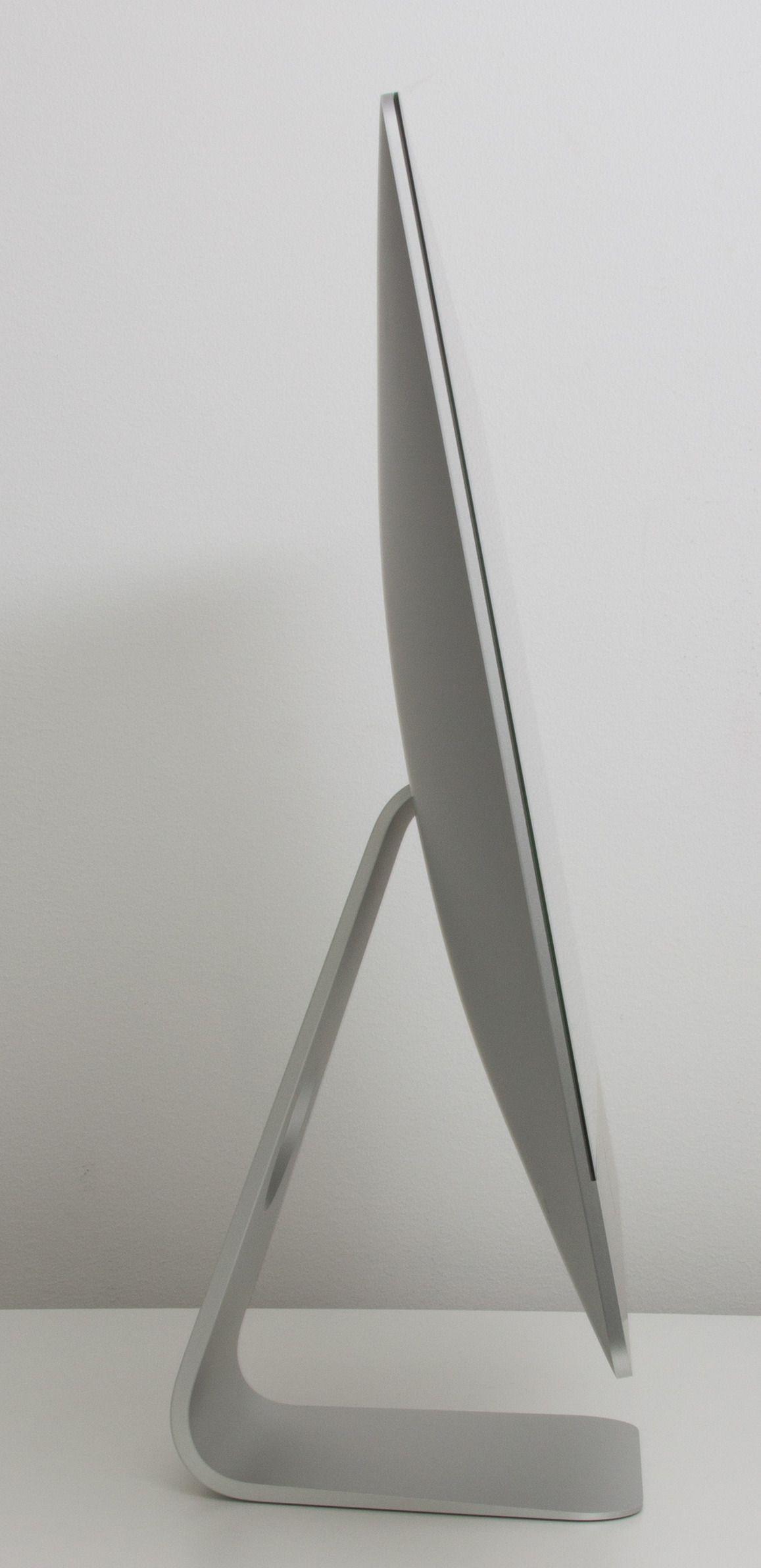 I profil se vi hvordan iMac blir tykkere mot midten.Foto: Anders Brattensborg Smedsrud, Hardware.no
