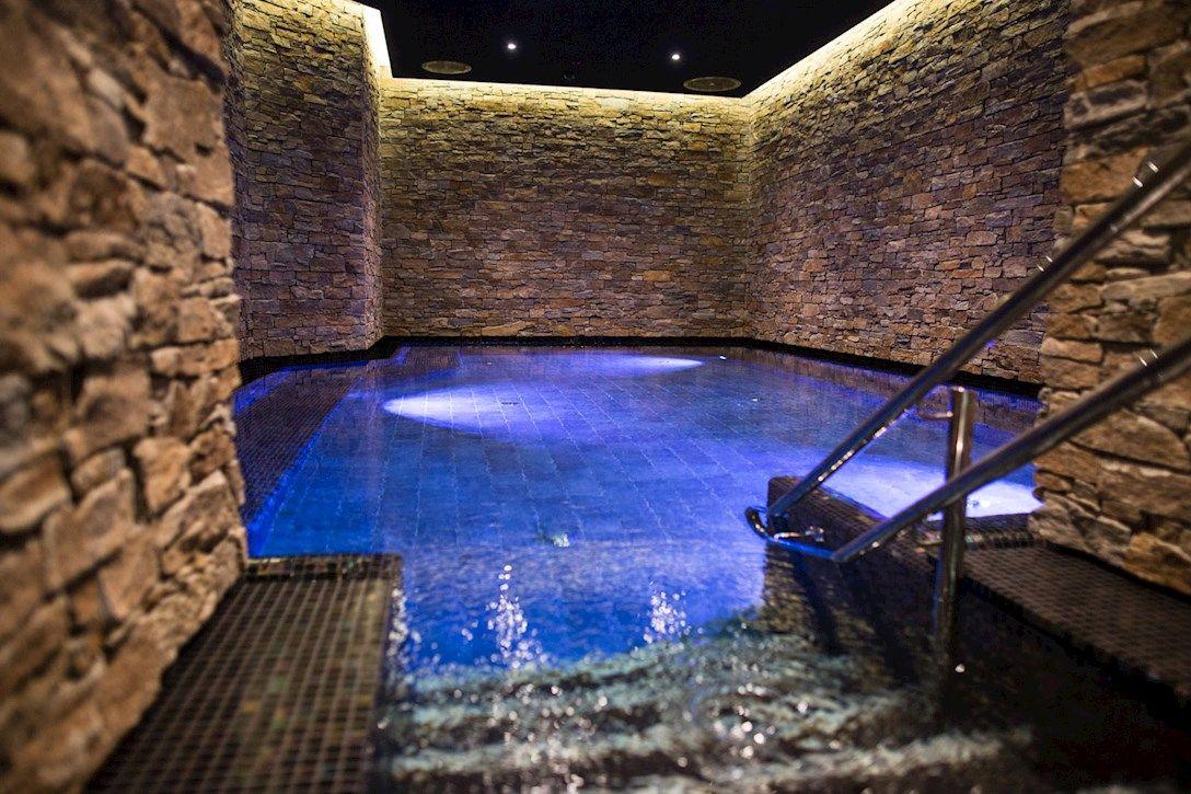 Det er 11 badekulper på The Well. I den varme kulpen har vannet en temperatur på ca. 36 grader, mens i kald-kulpen ved siden av er det 16 grader.