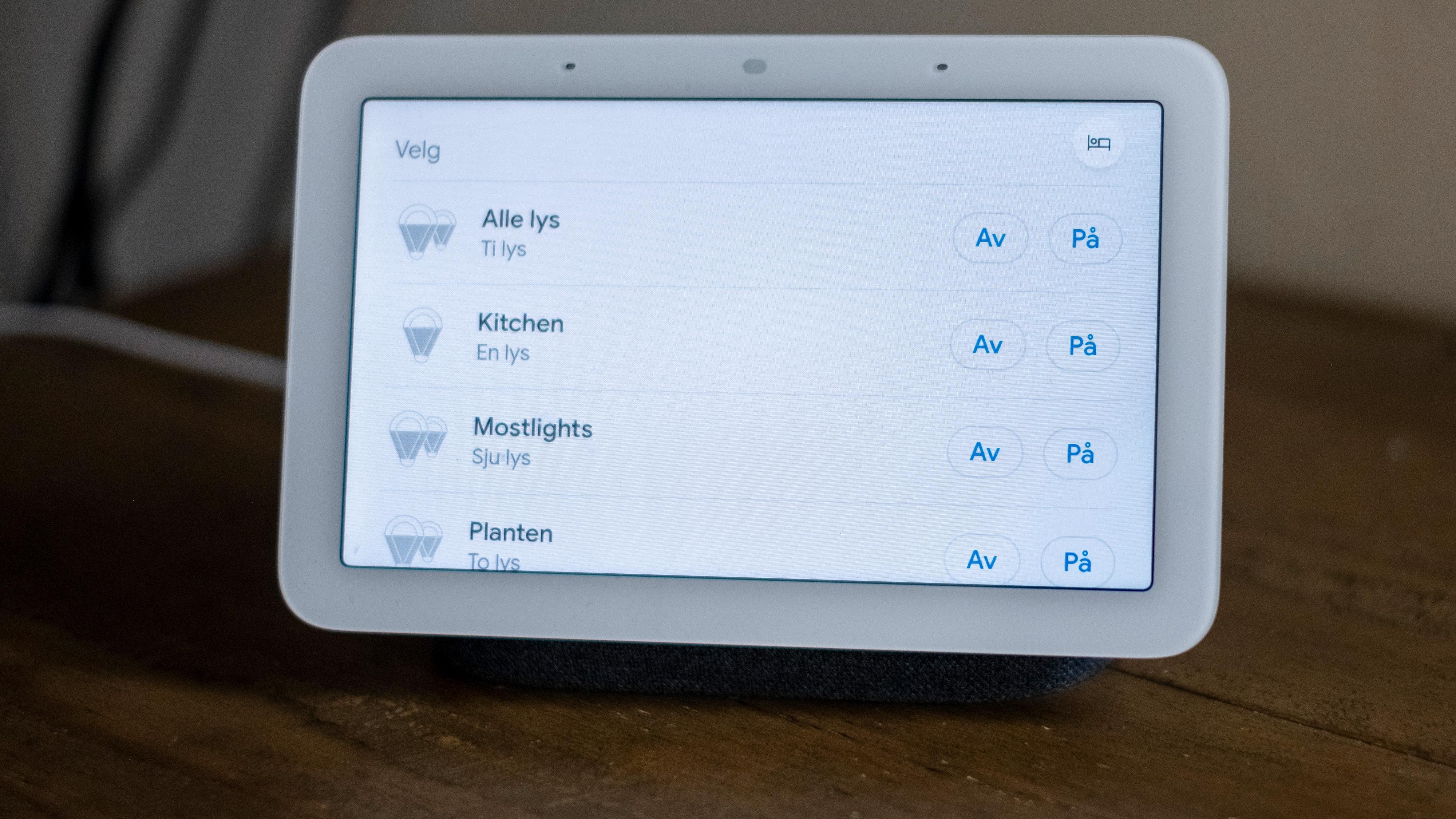 Jeg kontrollerer lysene. støvsugeren, en luftrenser og et klimaanlegg - samt en drøss smartkontakter med Google-assistenten.