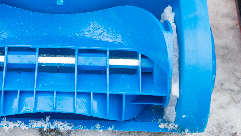 Snøen pakker seg mellom skovlen og resten av maskinen.
