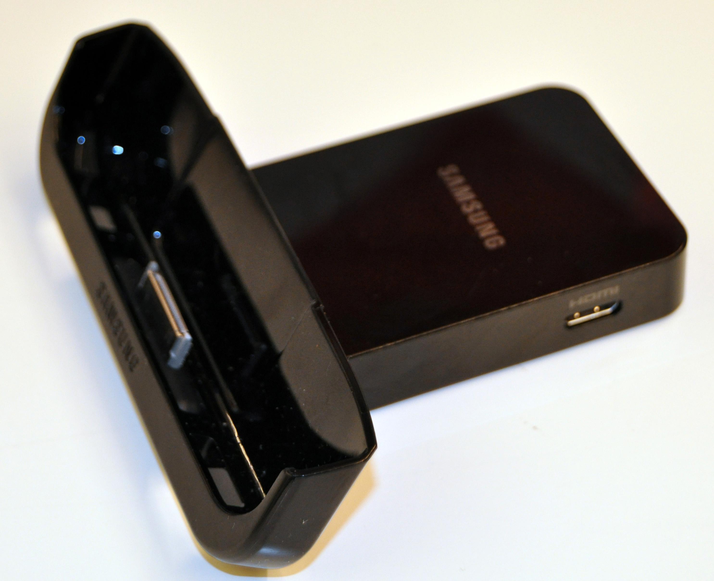 Mini-HDMI-kontakten gjør at man trenger en kabel med både stor og liten HDMI-kontakt, eller en overgang.