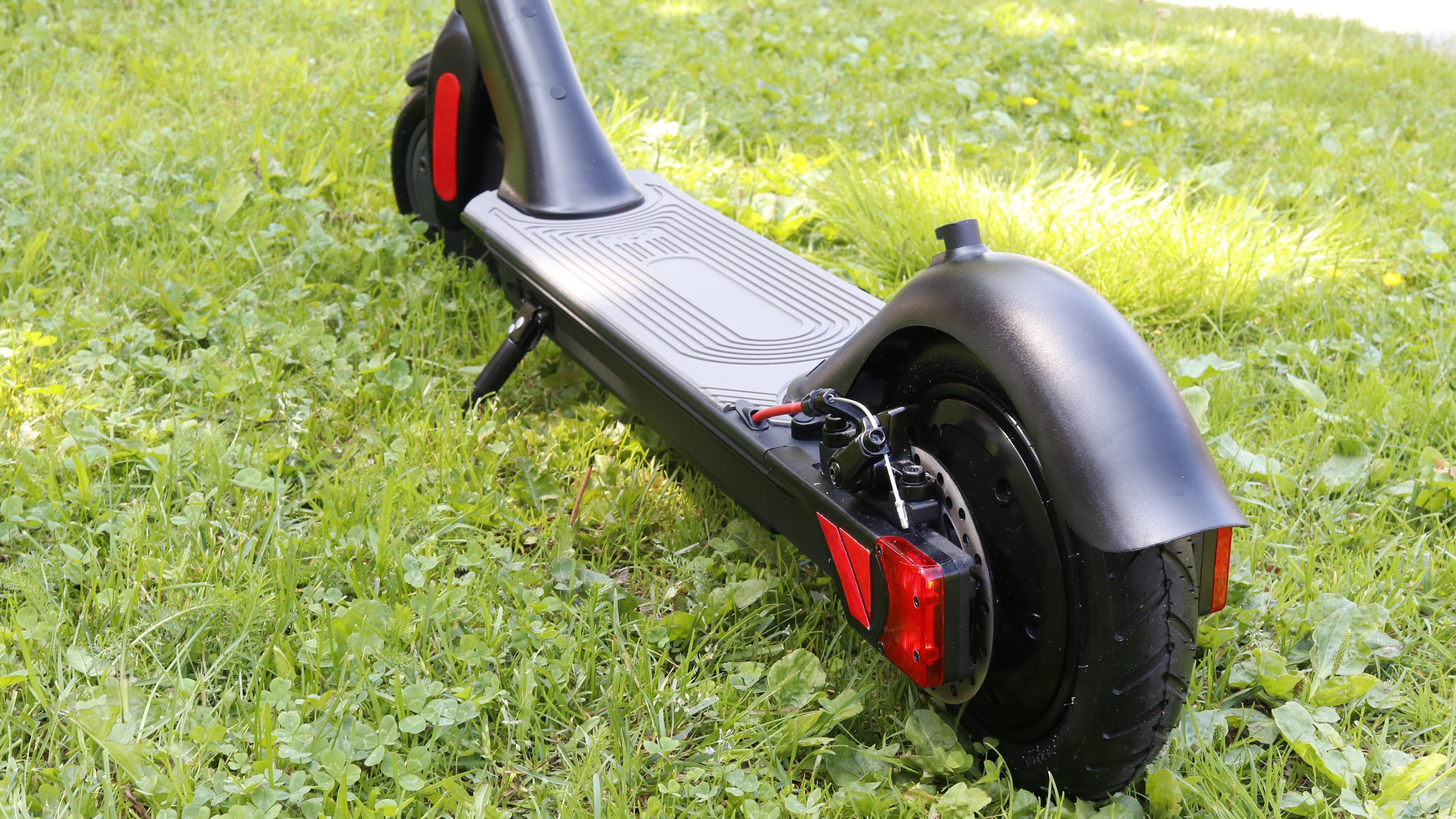 Elsparkesykkelen har lys på hver side og skivebrems på bakhjulet.
