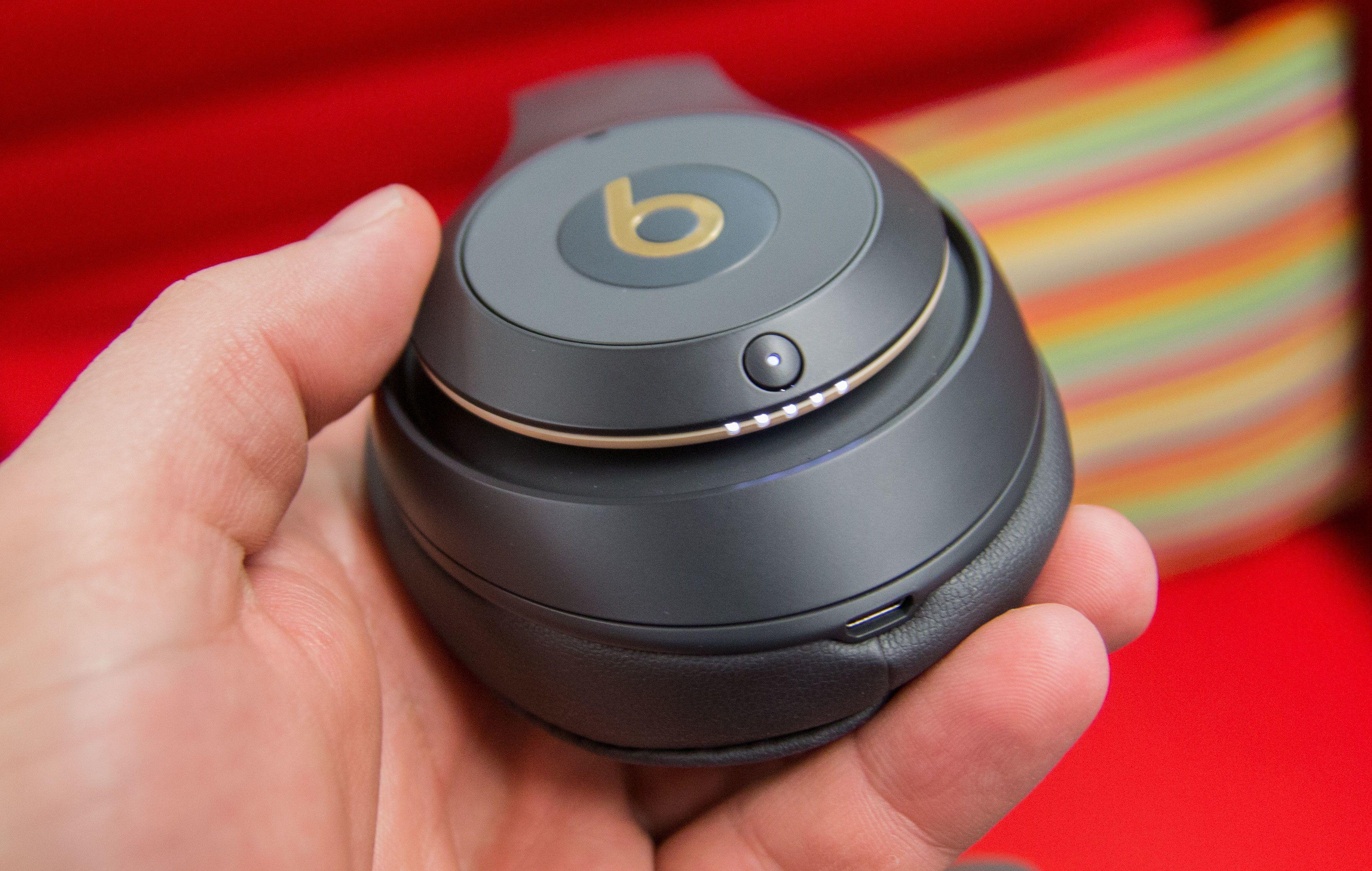 På den ene klokken har du en egen batteri-indikator. Bilde: Ole Henrik Johansen / Tek.no