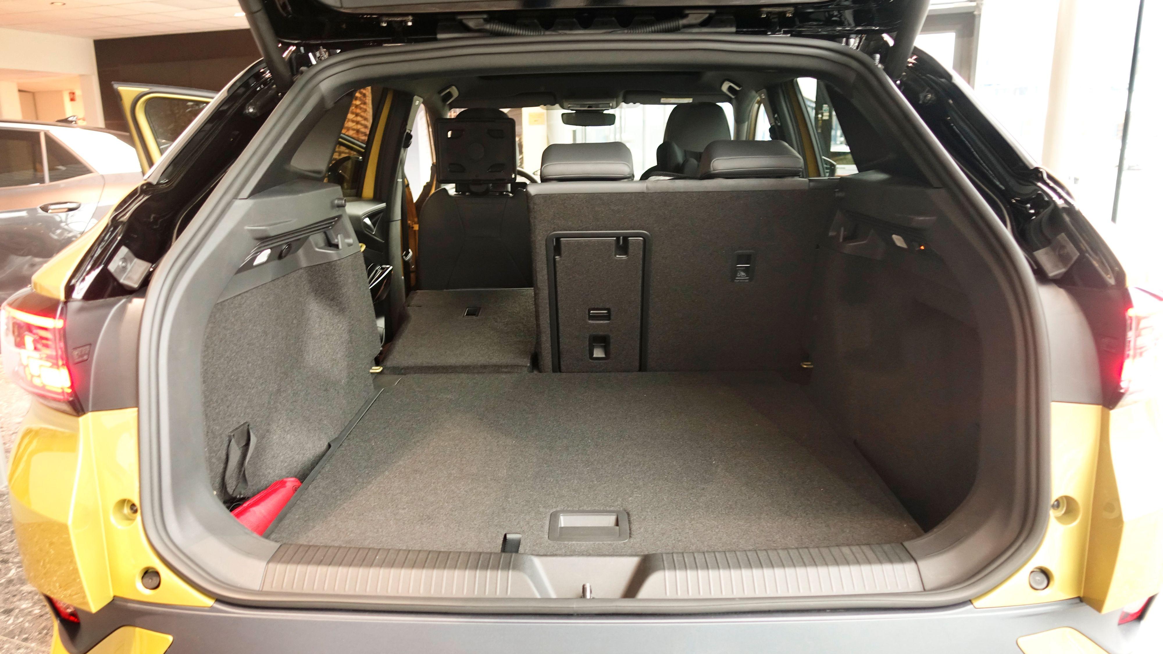 Her er bagasjeromsgulvet plassert i øverste posisjon, som går omtrent i flukt med baksetene. Det er også mulig å plassere det i et annet spor noen centimeter lenger ned.