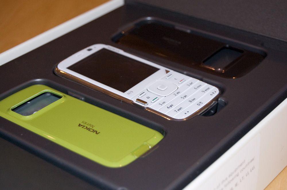 N79 har en hvit front og tre forskjellige bakdeksler (lysegrønn, blå og brun)