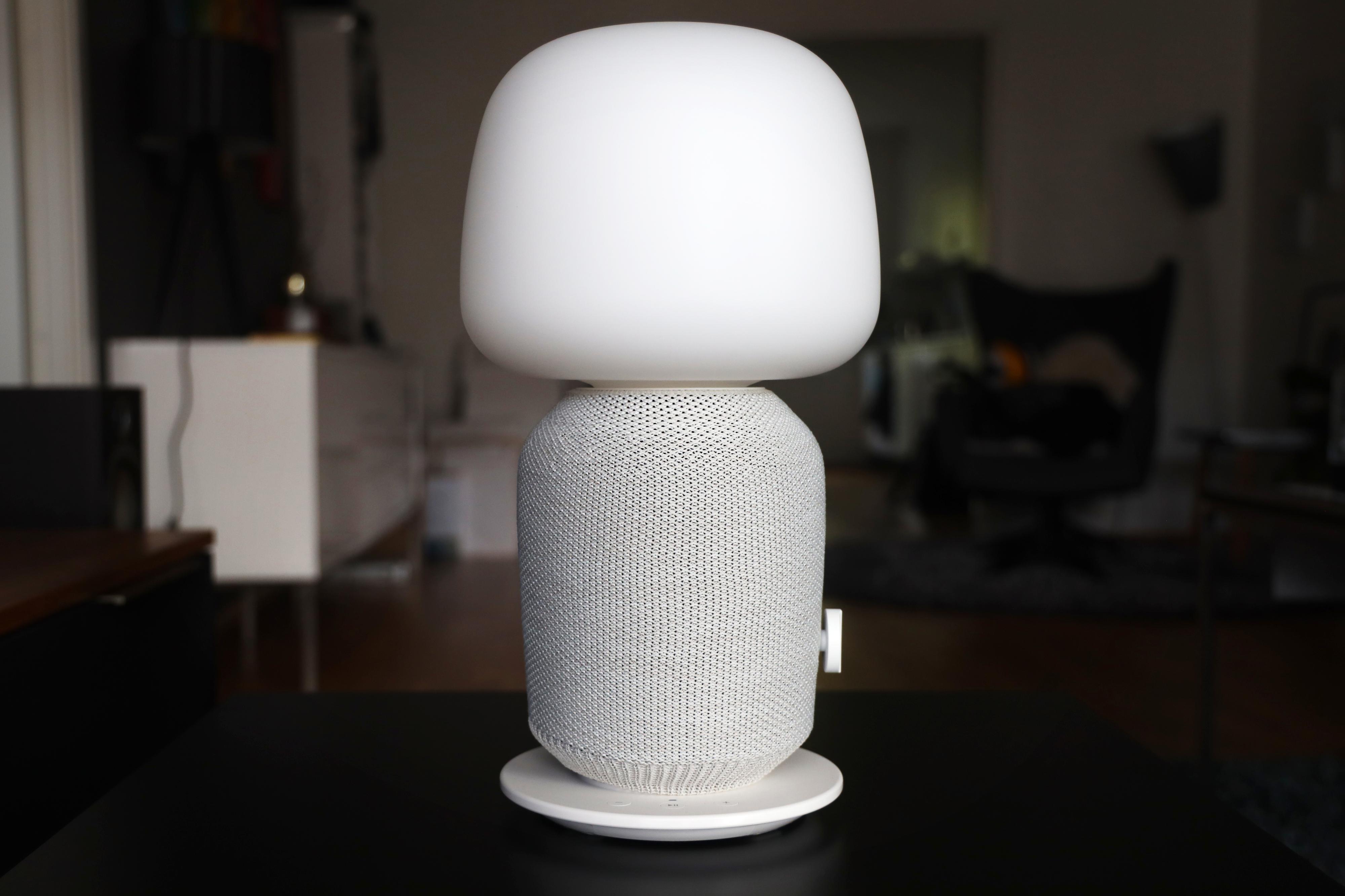 Lampehøyttaleren har et litt spesielt utseende. Kanskje skulle vi ønsket at det var flere valgmuligheter for kuppel og trekk.