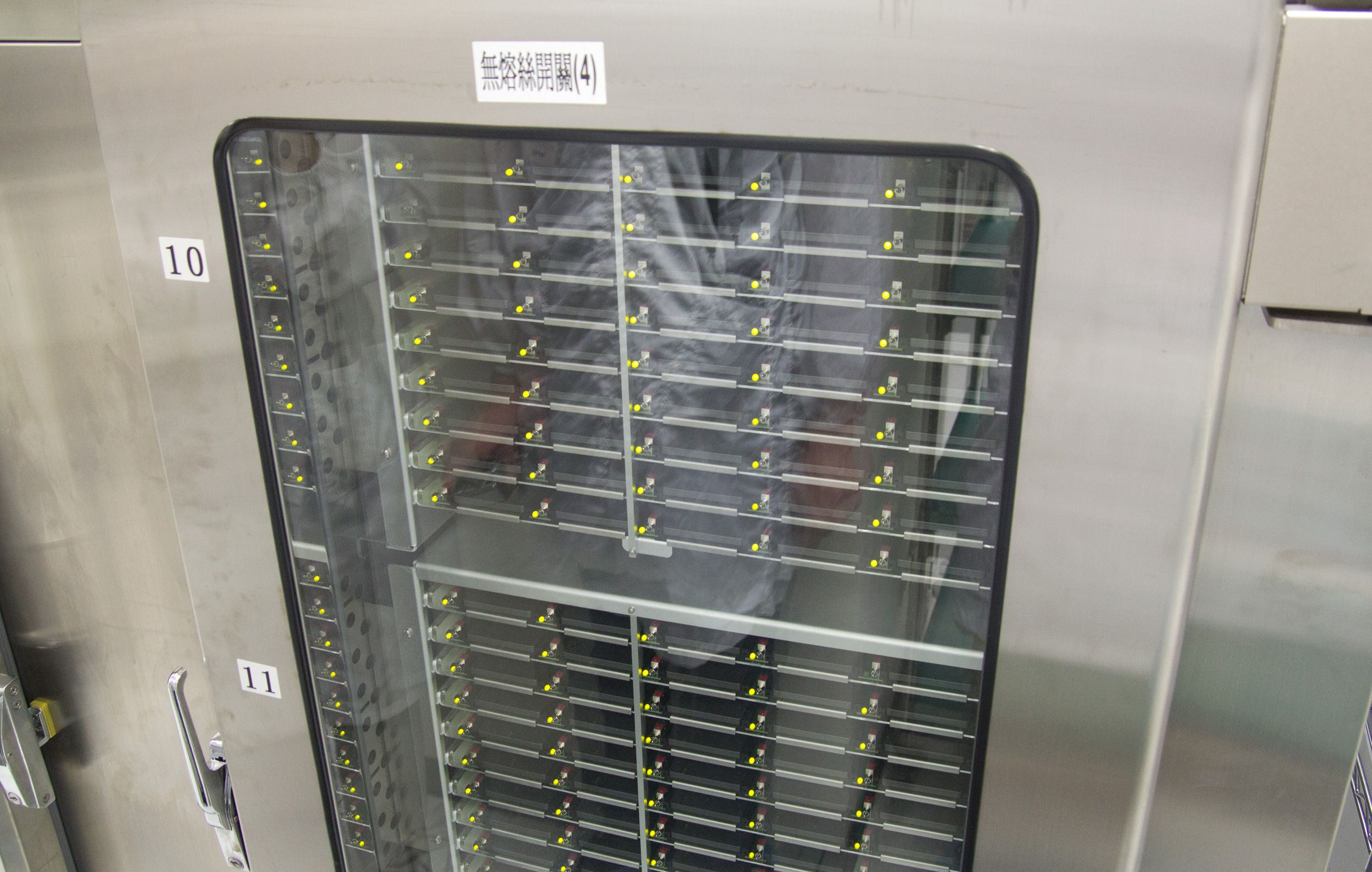 Varmeskap, her kjøres SSD-ene med full last i femti varmegrader.Foto: Rolf B. Wegner, Hardware.no