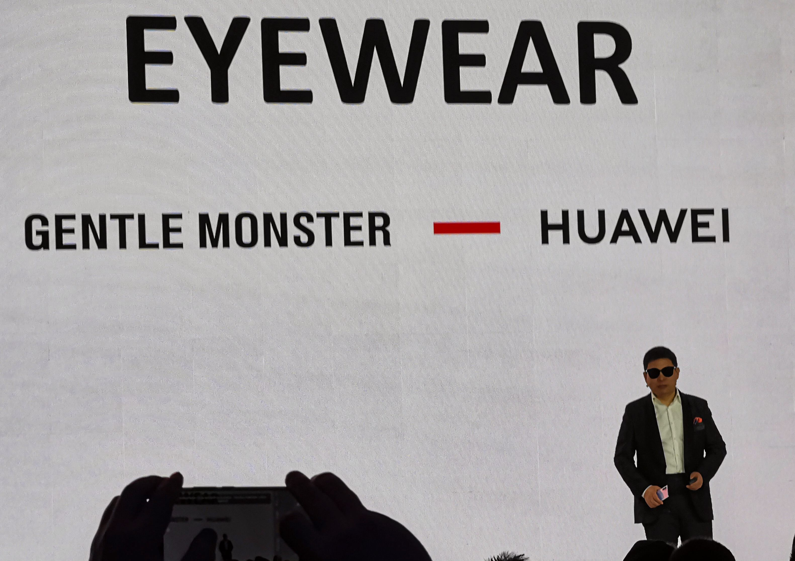 Huaweis forbrukersjef Richard Yu viste selv frem brillene på slutten av dagens pressekonferanse - under overskriften «one more stylish thing».