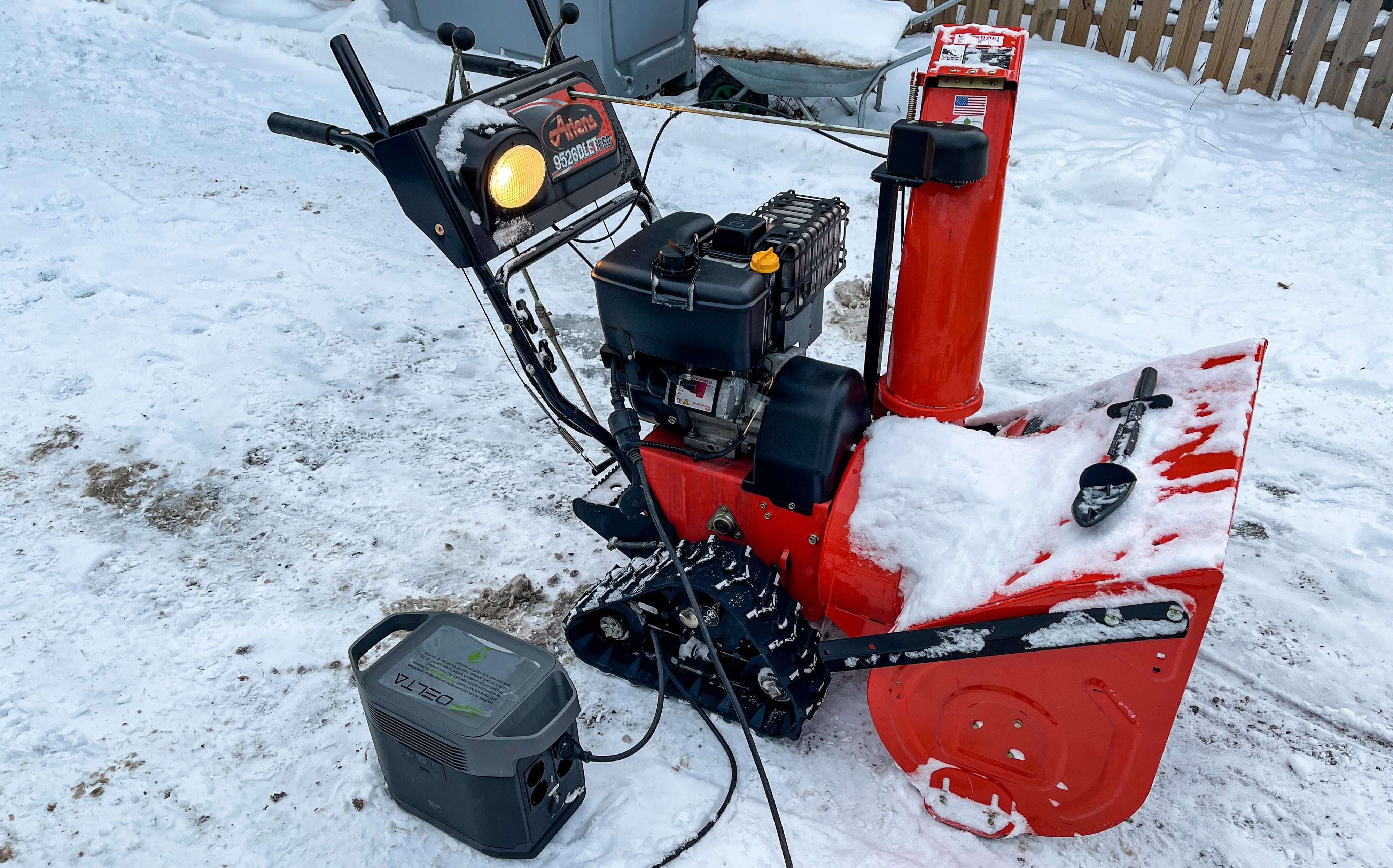 Vi startet en snøfreser med elstart gjentatte ganger med Delta 1300. Det fungerte utmerket.