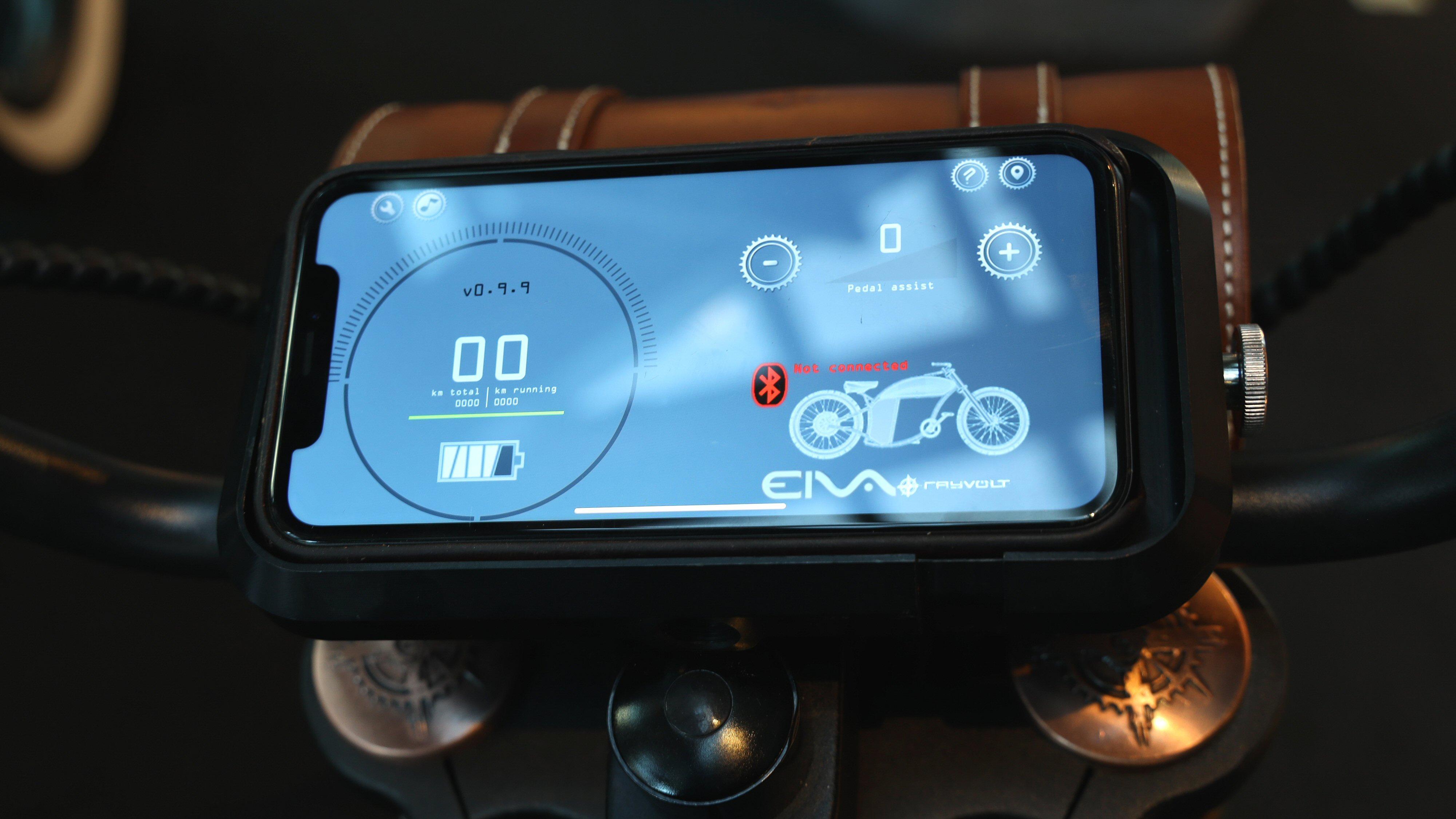 Programvaren Eiva kan kjøre på mobilen eller en dedikert enhet.