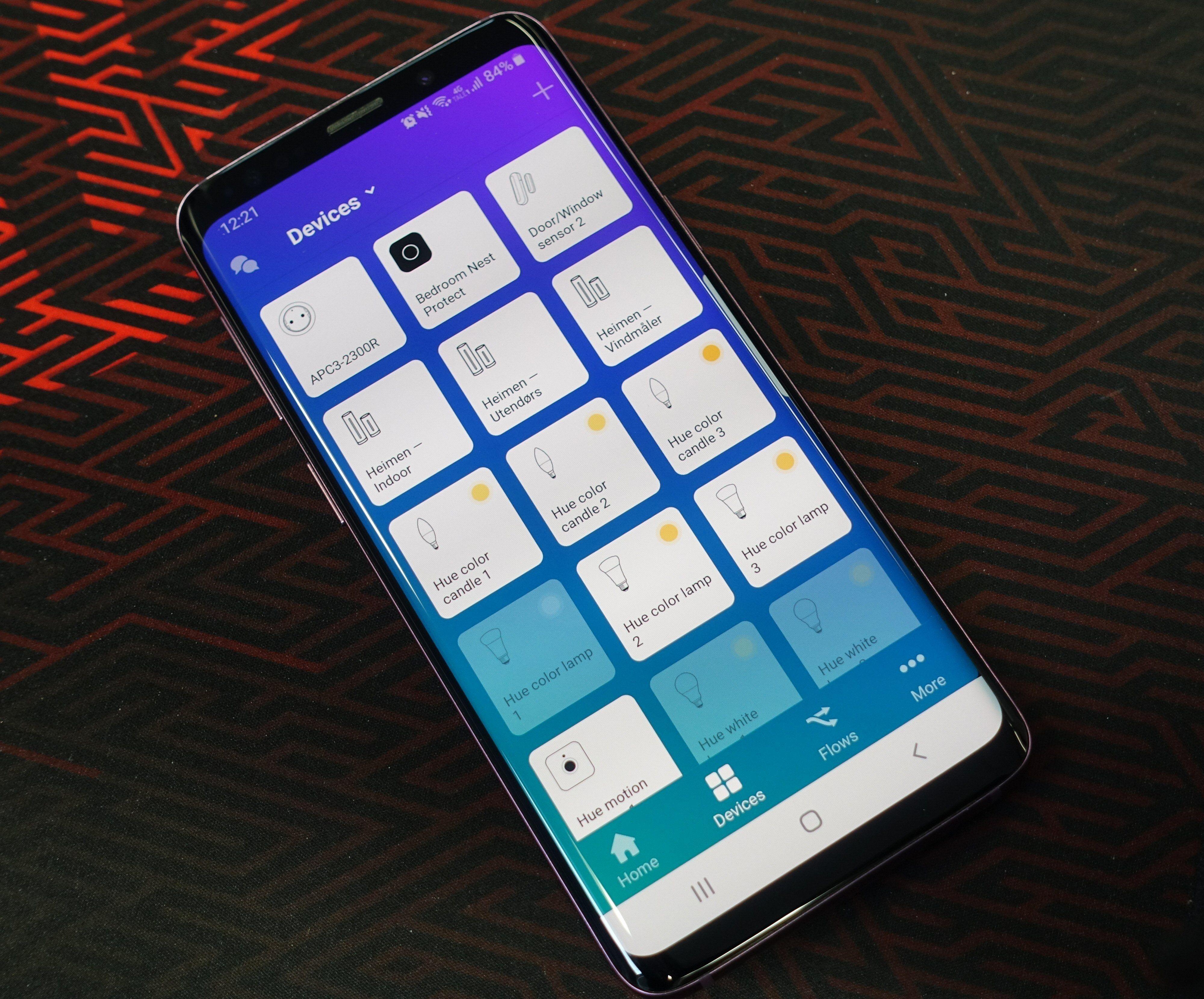 I Homey-appen får vi oversikt og tilgang på tilknyttede smarte enheter. Men like god kontroll som med enhetenes dedikerte apper får vi sjelden.