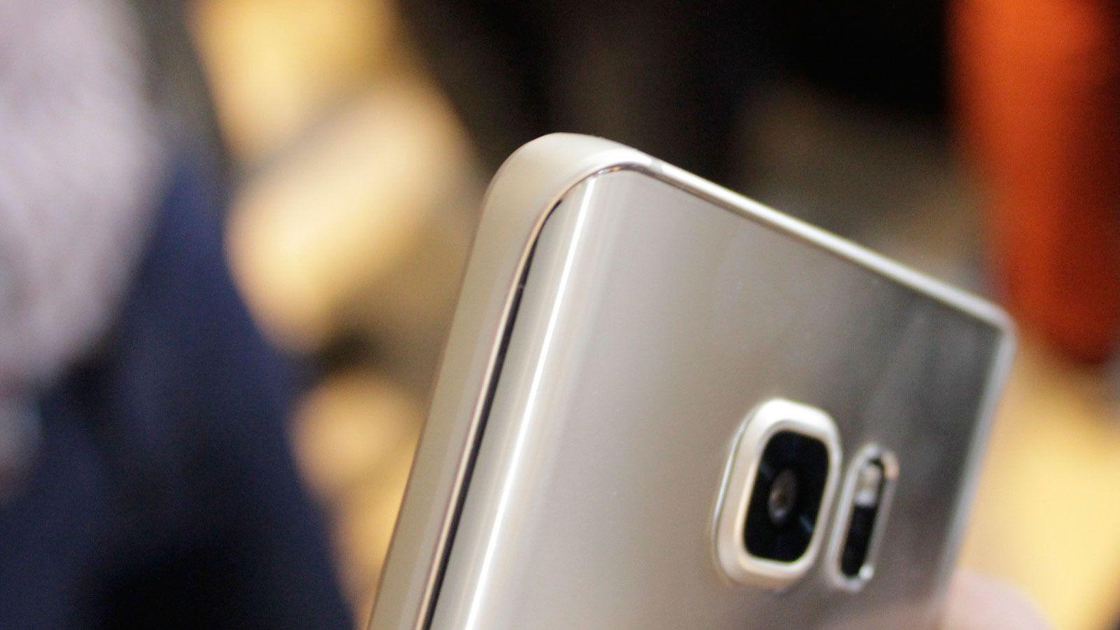 Note 5 har også en buet kant, men her er den på baksiden av telefonen (Foto: Espen Irwing Swang, Tek.no).
