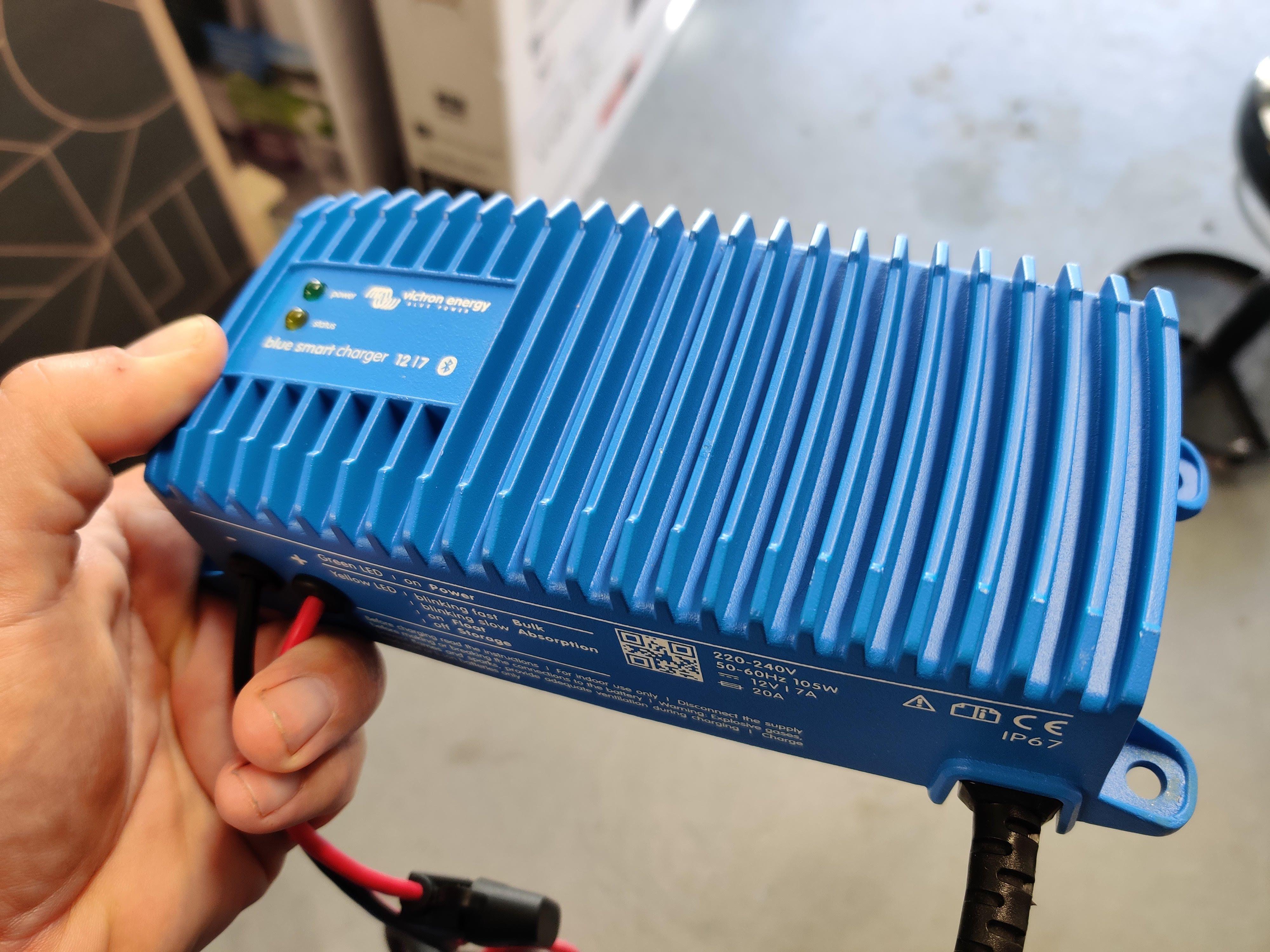 Laderen kan kommunisere via bluetooth for å gi deg en oppdatering på hvordan det går med oppladingen.