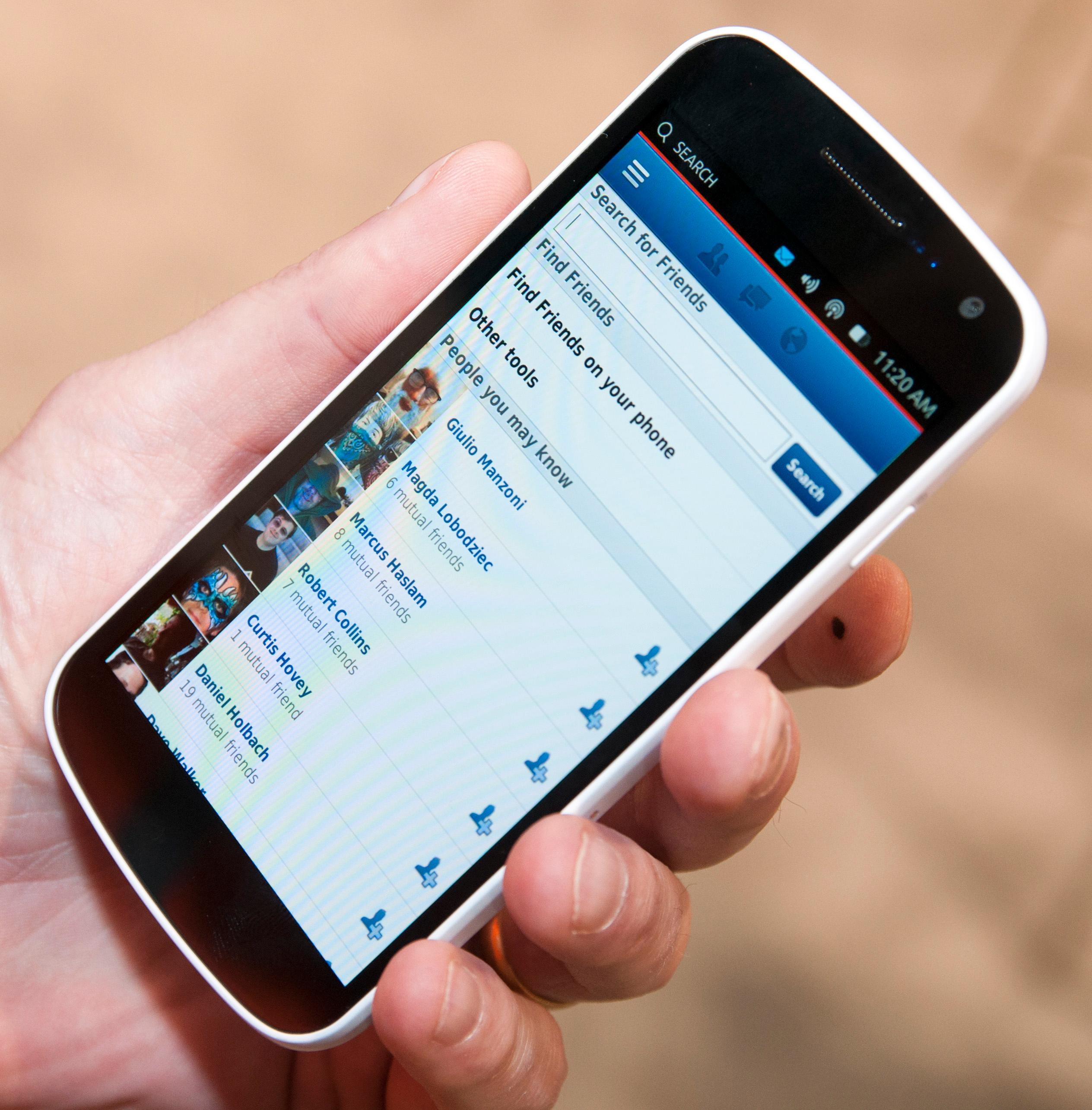 Facebook kjører som en web-app på Ubuntu slik det er i dag. Canonical gjør et stort poeng av at web-apper kan installeres sammen med vanlige apper i menyene. I realiteten kan du gjøre liknende ting, ved å plassere dem som snarveier på hjemmeskjermene også i Android og iOS.Foto: Finn Jarle Kvalheim, Amobil.no