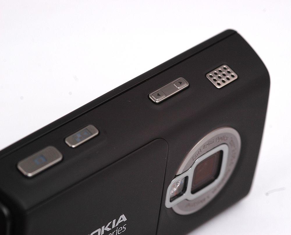 På høyre side av telefonen sitter hurtigtaster til kamera, galleriet og volum. På hver side av telefonen sitter det også høyttalere.