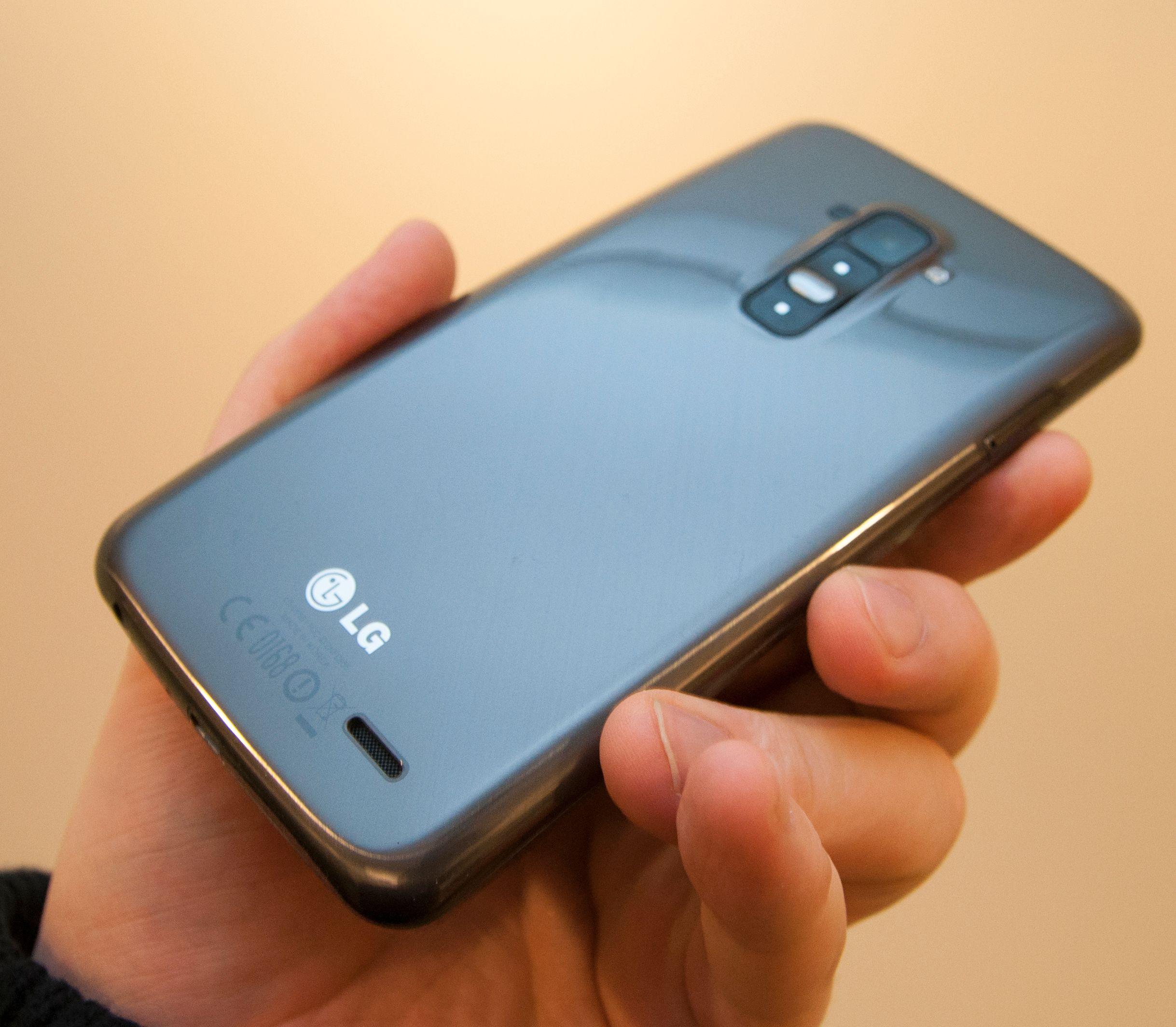 Slik ser LG G Flex ut på baksiden. Her har den lakk som skal være selvreparerende ved riper og skrap.Foto: Finn Jarle Kvalheim, Amobil.no