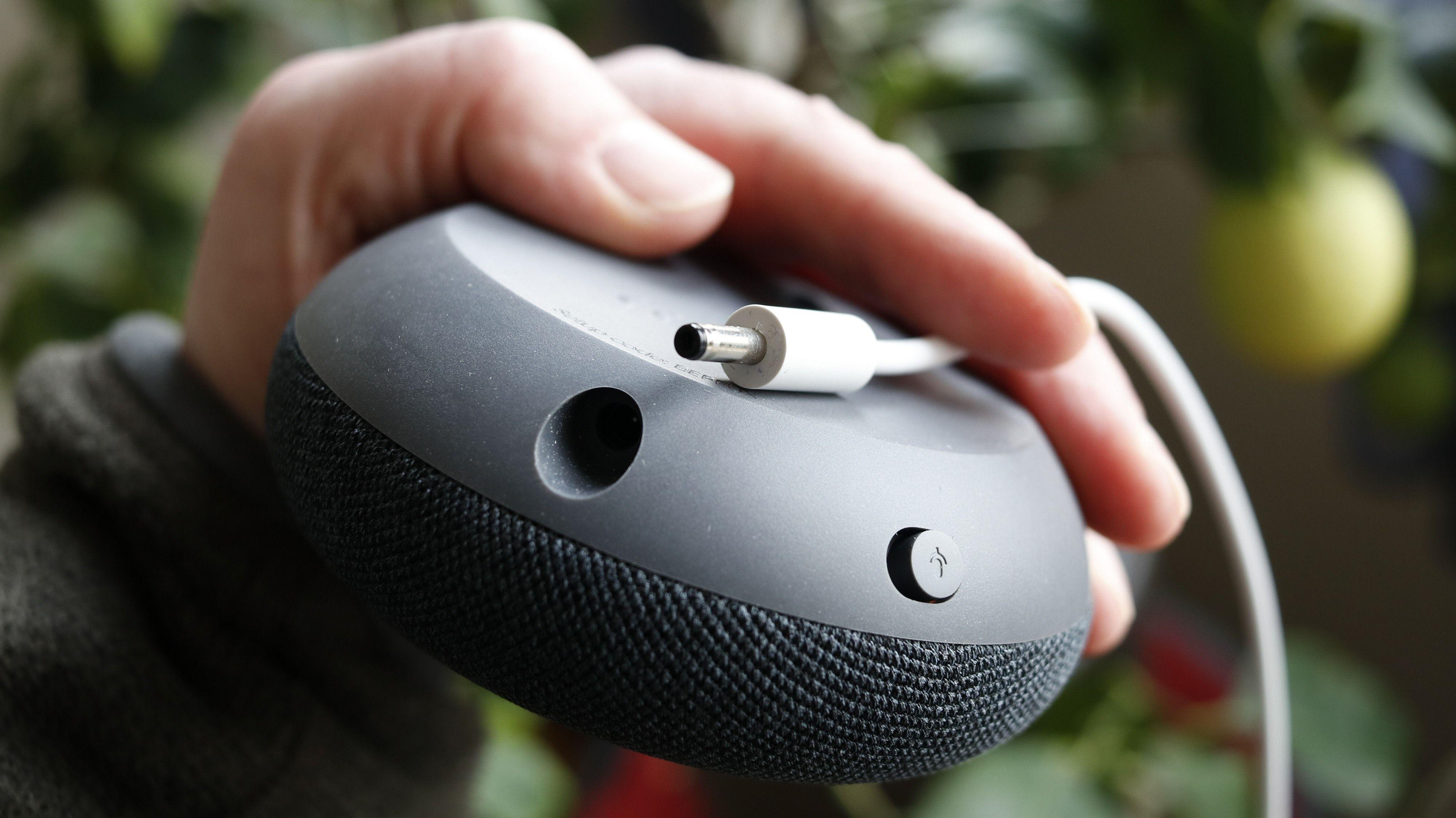 Forgjengeren hadde Mikro-USB, mens Nest Mini har en vanlig strømkontakt. Her ser vi også produktets eneste fysiske bryter – den slår av mikrofonen.