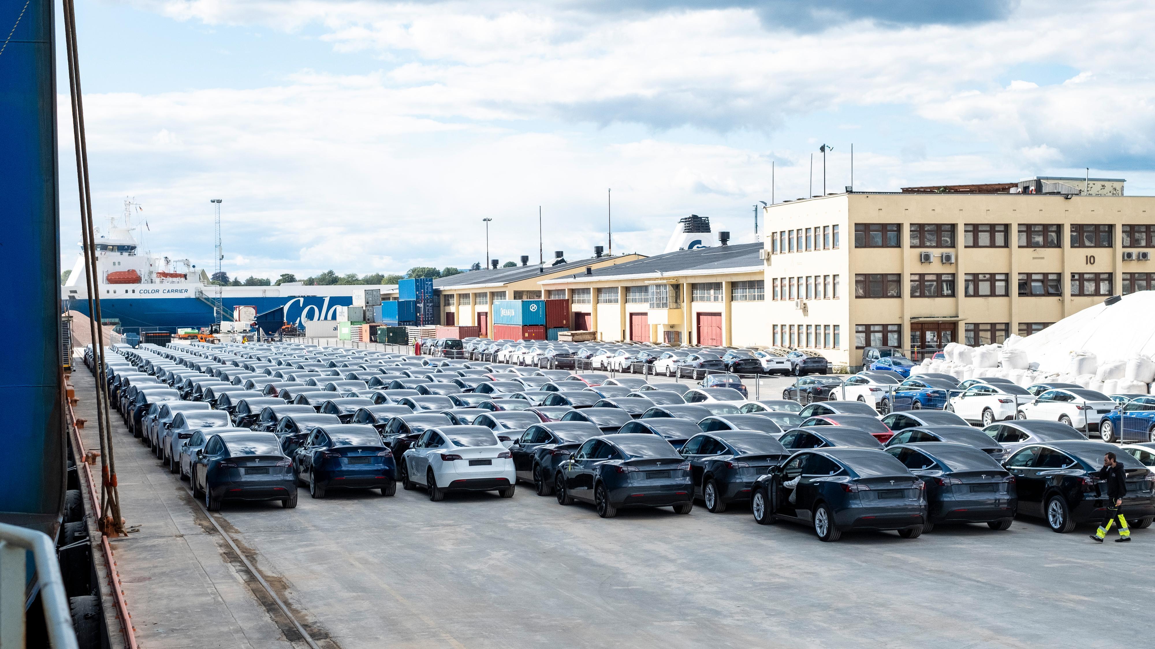 Flere slike store «stabler» med biler var plassert rundt på kaien, sortert etter endestasjon.