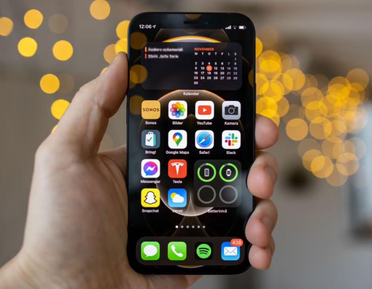 iPhone 12 Mini er minstemann i Apples portefølje, med en 5,4 tommers skjerm.