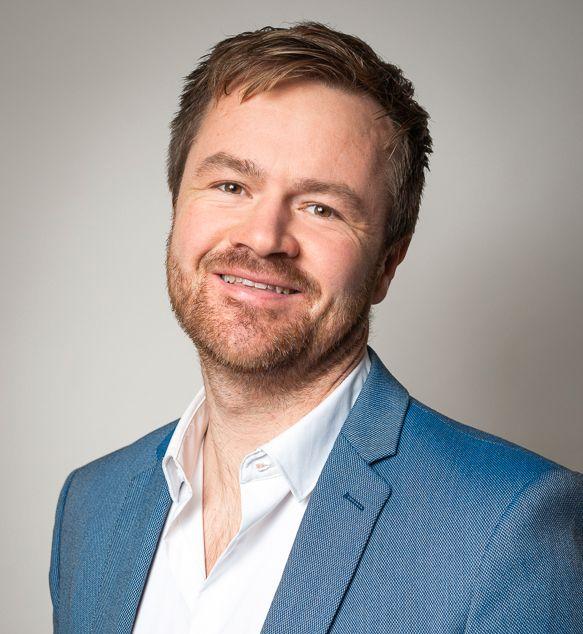 Henrik Staff er nordisk salgssjef for bedriftsmarkedet hos Logitech. Han sier at de bare har justert prisene for valutakursene.
