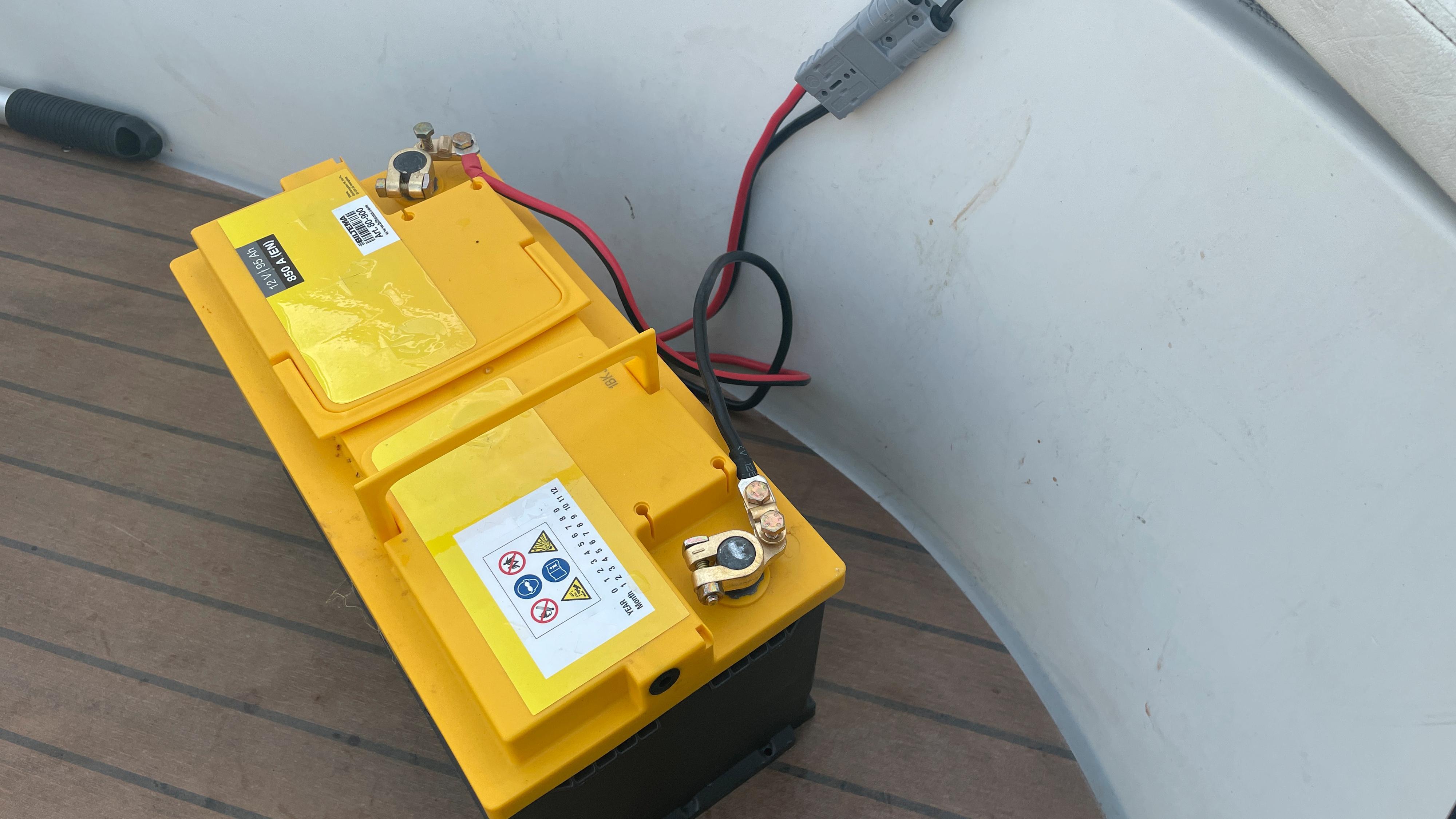 Et digert marinbatteri ble levert med motoren, men du kan også bruke andre og mer moderne «bilbatterier» til å drive motoren. 75 amperetimer gir rundt 80 minutter drift på full fres.