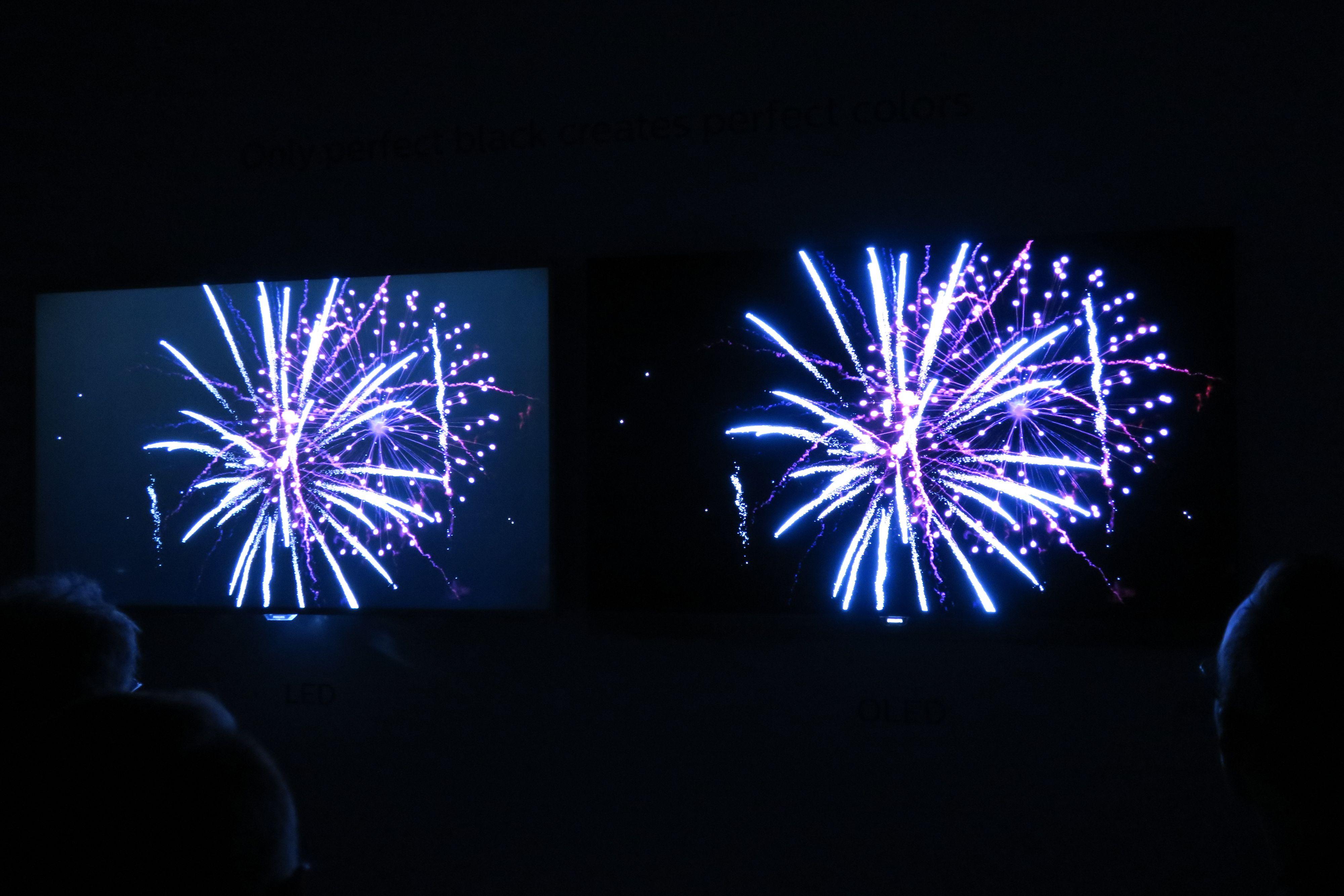 Her kan du se Philips 2015-LCD til venstre mot årets toppmodell med OLED-teknologi til høyre.