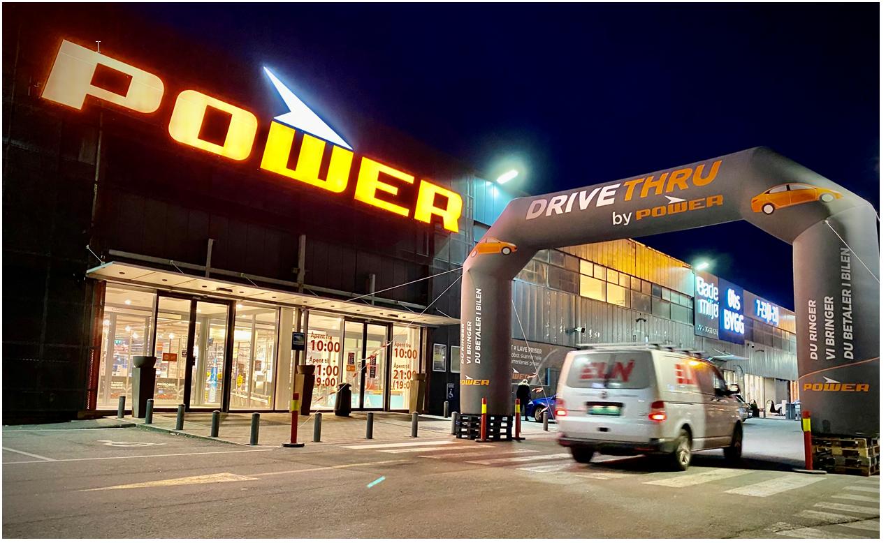 Power har satt opp egne portaler som markerer hvor kundene kan stille seg i kø for å få utlevert klikk-og-hent-varene sine rett i bilen.