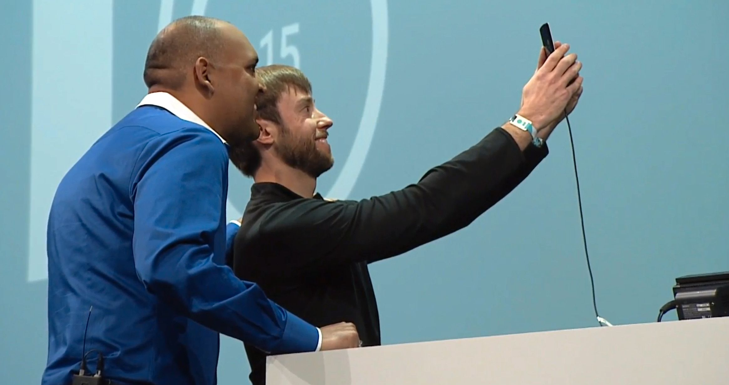 Anil Sabharwal er sjef for Googles nye fototjeneste, og benyttet anledningen til å lansere med en selfie, som ble brukt i demonstrasjonen. Foto: Skjermdump, Youtube/Google