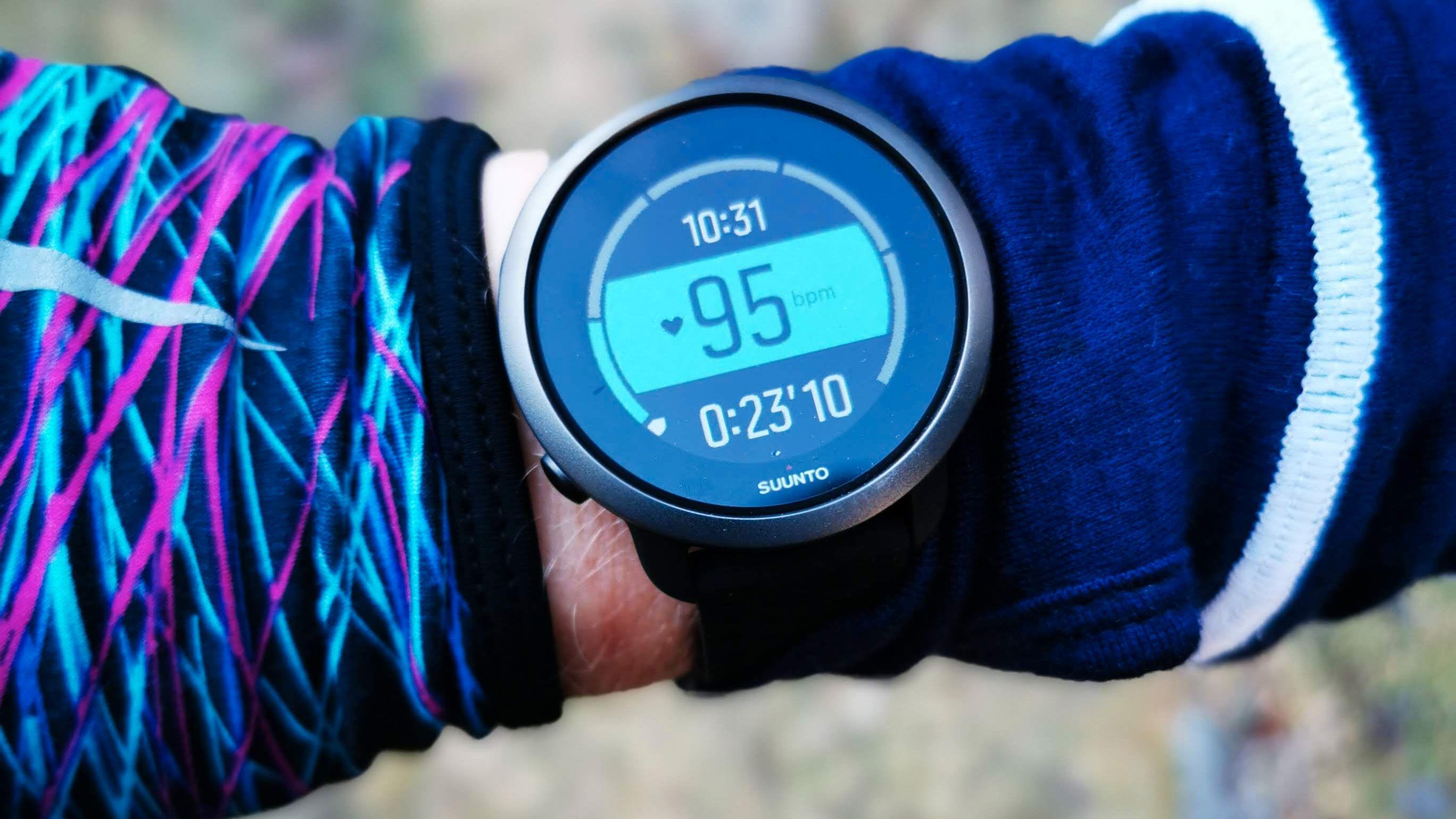 ENKEL: Bra med fargekontraster gjør at informasjonen klokken gir deg underveis er enkel å lese. Her får du både klokke, tidtaker og puls. Dette kan du redigere om du vil ha andre visninger.