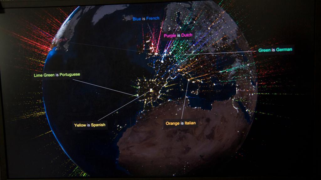 Aktiviteten på Googles søkemotor vist geografisk med språk. (Foto: Jørgen Elton Nilsen)