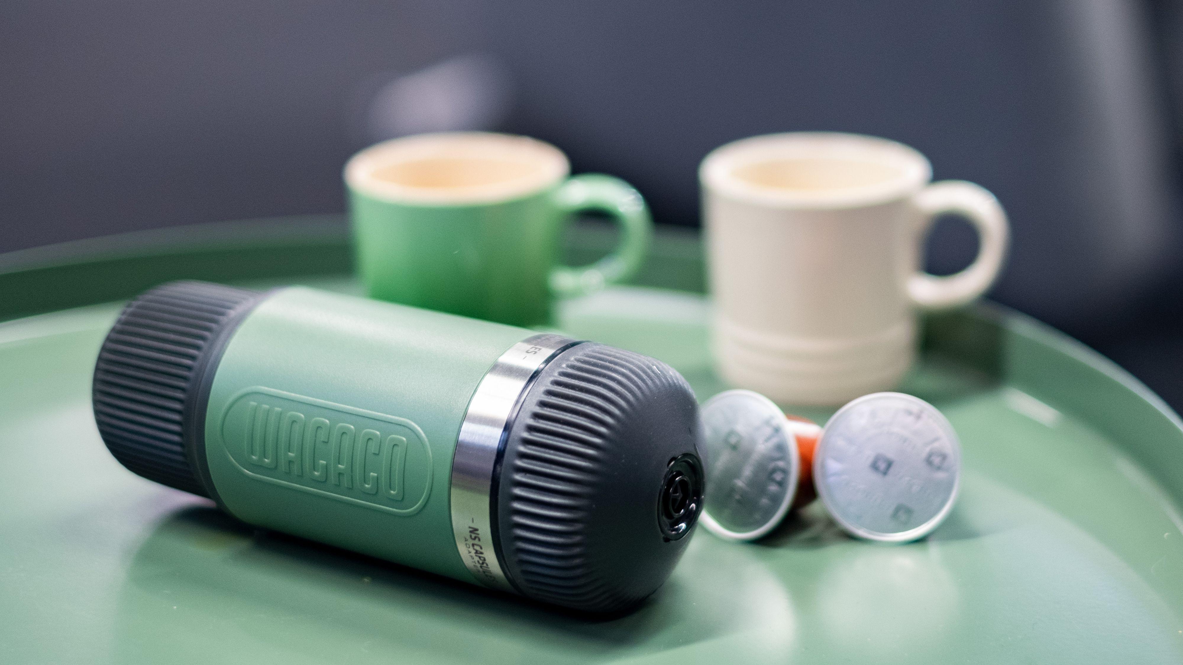 Den kompakte Nanopresso fungerer med malt espresso og Nespresso-kapsler.