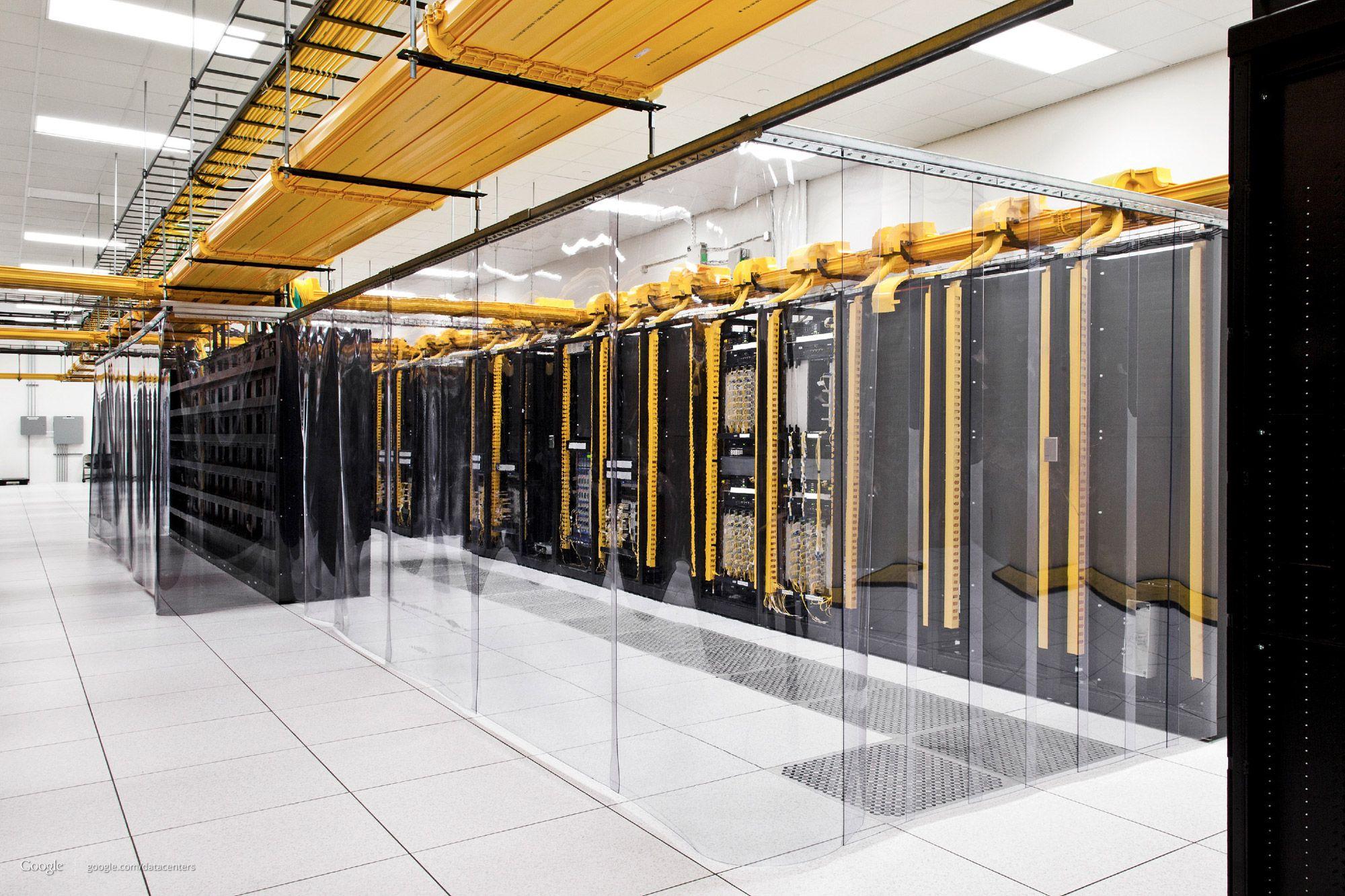Plastgardiner holder den kalde luften, som kommer opp fra gulvet, inne blant serverne.Foto: Google/Connie Zhou
