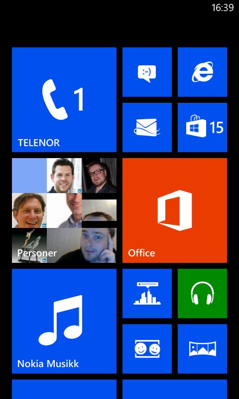 Slik ser hjemmeskjermen i Windows Phone 8 ut. Firkantene kalles fliser, og enkelte av dem endrer innhold fra tid til annen.