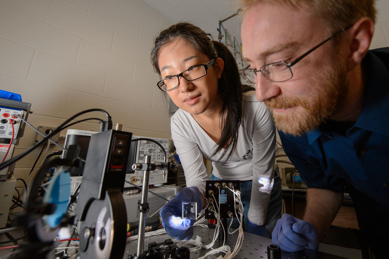 Doktorgradsstudent Yimu Zhao og førsteamanuensis Richard Lunt tester det nye solcellematerialet på laboratoriet.Foto: G.L. Kohuth / Michigan State University