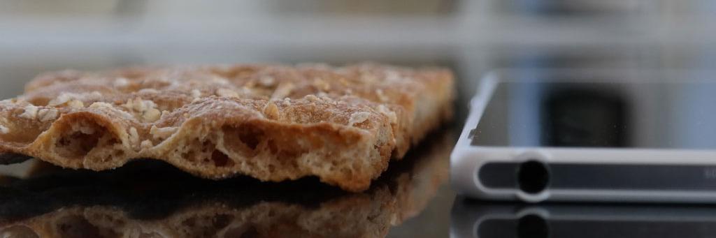 Nye Sony Xperia Z2 Tablet er atskillig tynnere enn et knekkebrød.Foto: Espen Irwing Swang, Amobil.no