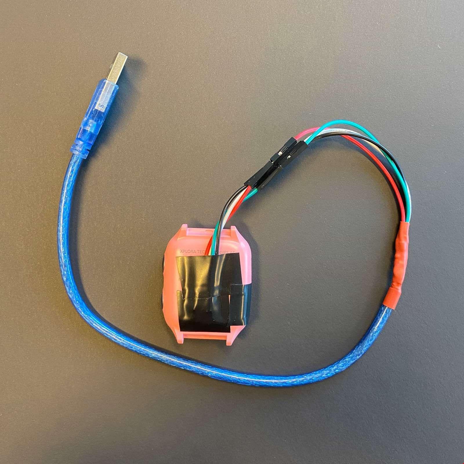 Mnemonic koblet seg til klokken ved å modifisere en USB-kabel.