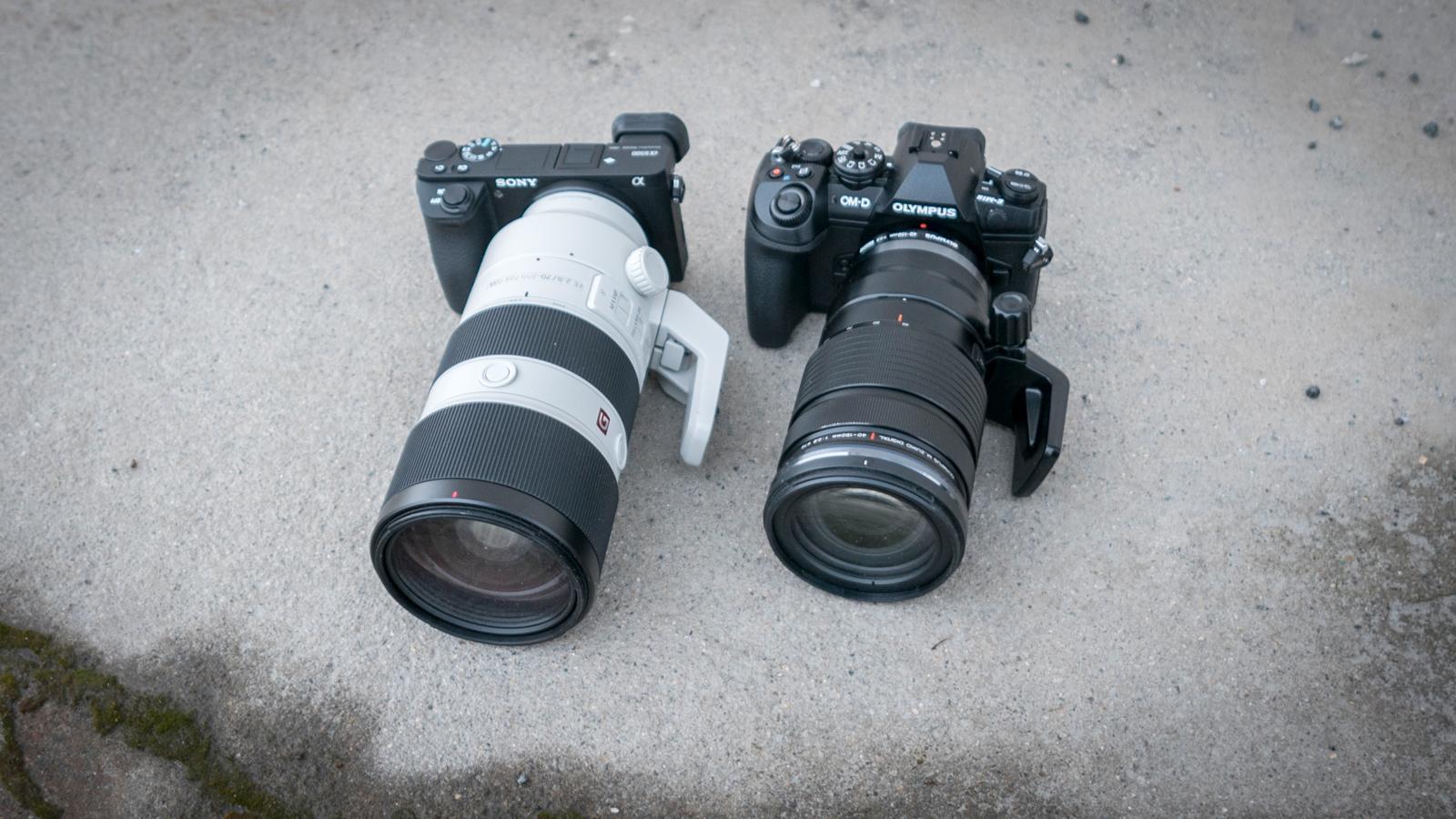 OM-D E-M1 II er kanskje større enn a6500, men det er før optikken kommer på.