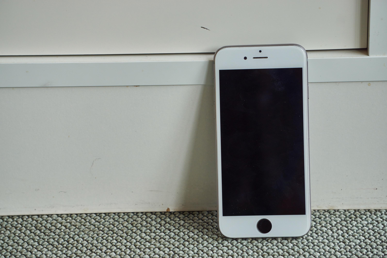 Der! En ferdig reparert iPhone 6, dog med feil farge på rammen. Noen vil kanskje kalle det stygt, vi velger å gå for «kunstnerisk og pragmatisk».